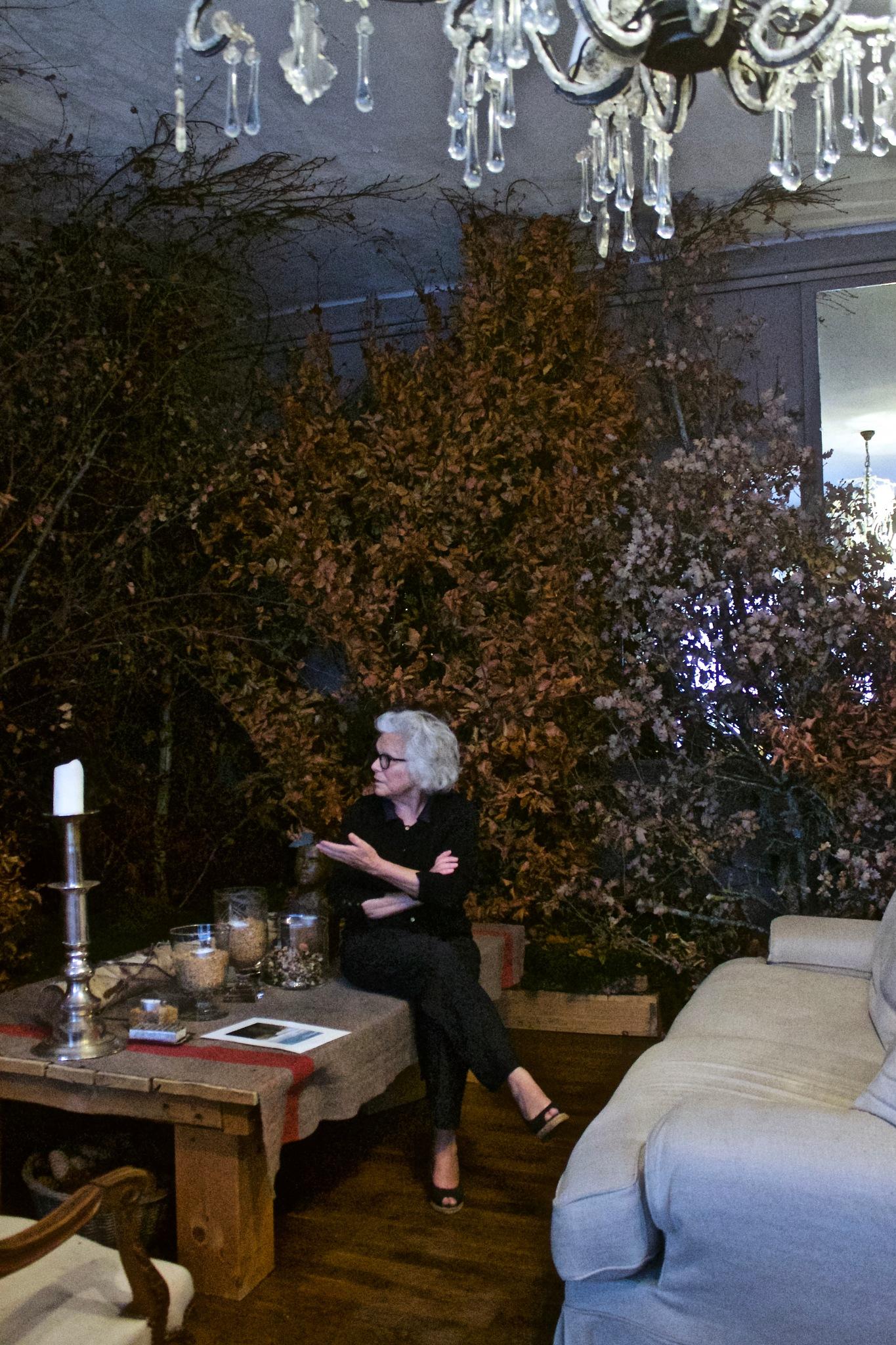 Catherine Painvin, créatrice de Tartine & Chocolat pause dans son salon avec ses arbres by FJA RAYNAL