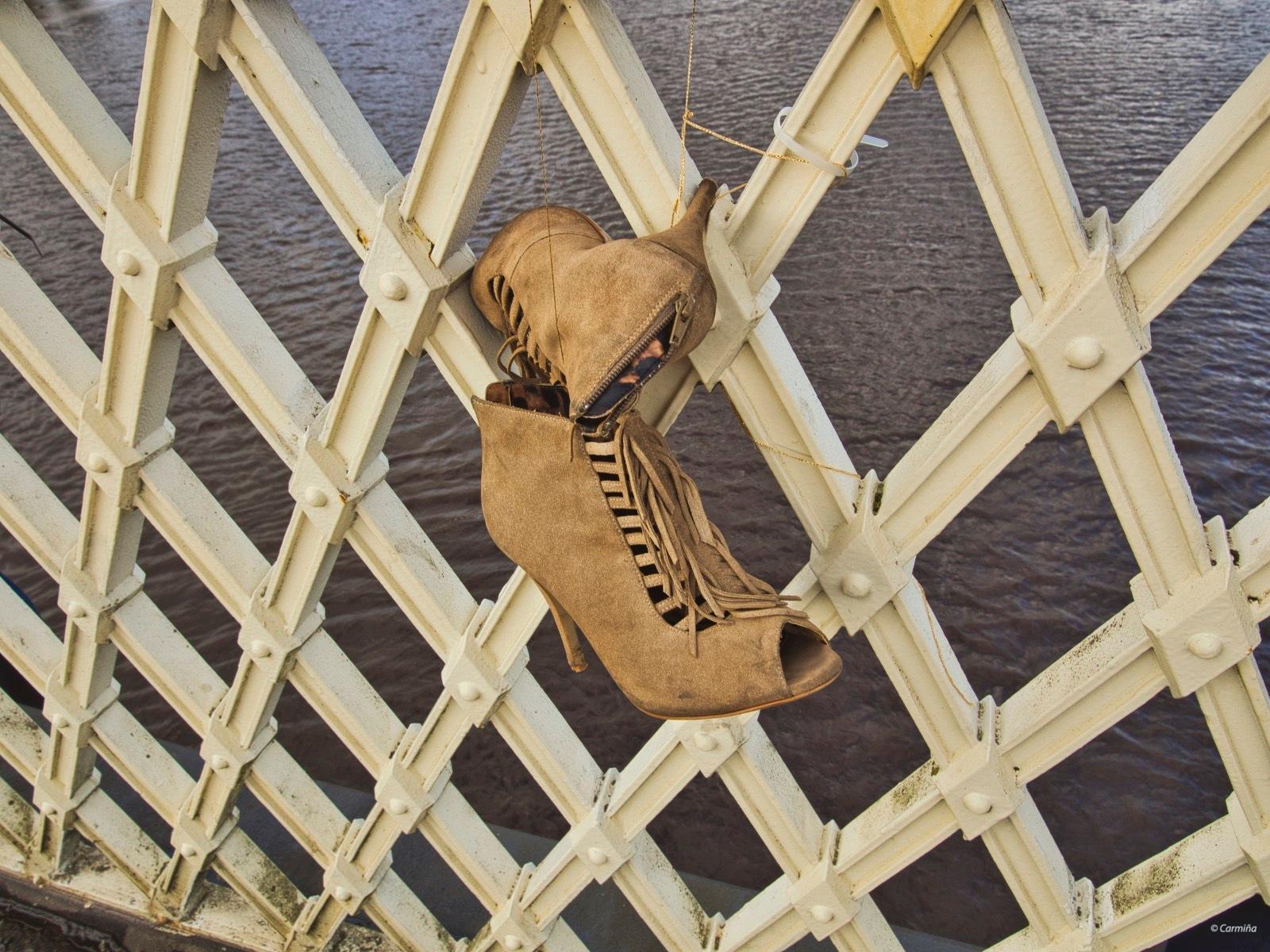 Zapatos sobre el Foyle by carmina.waterstone