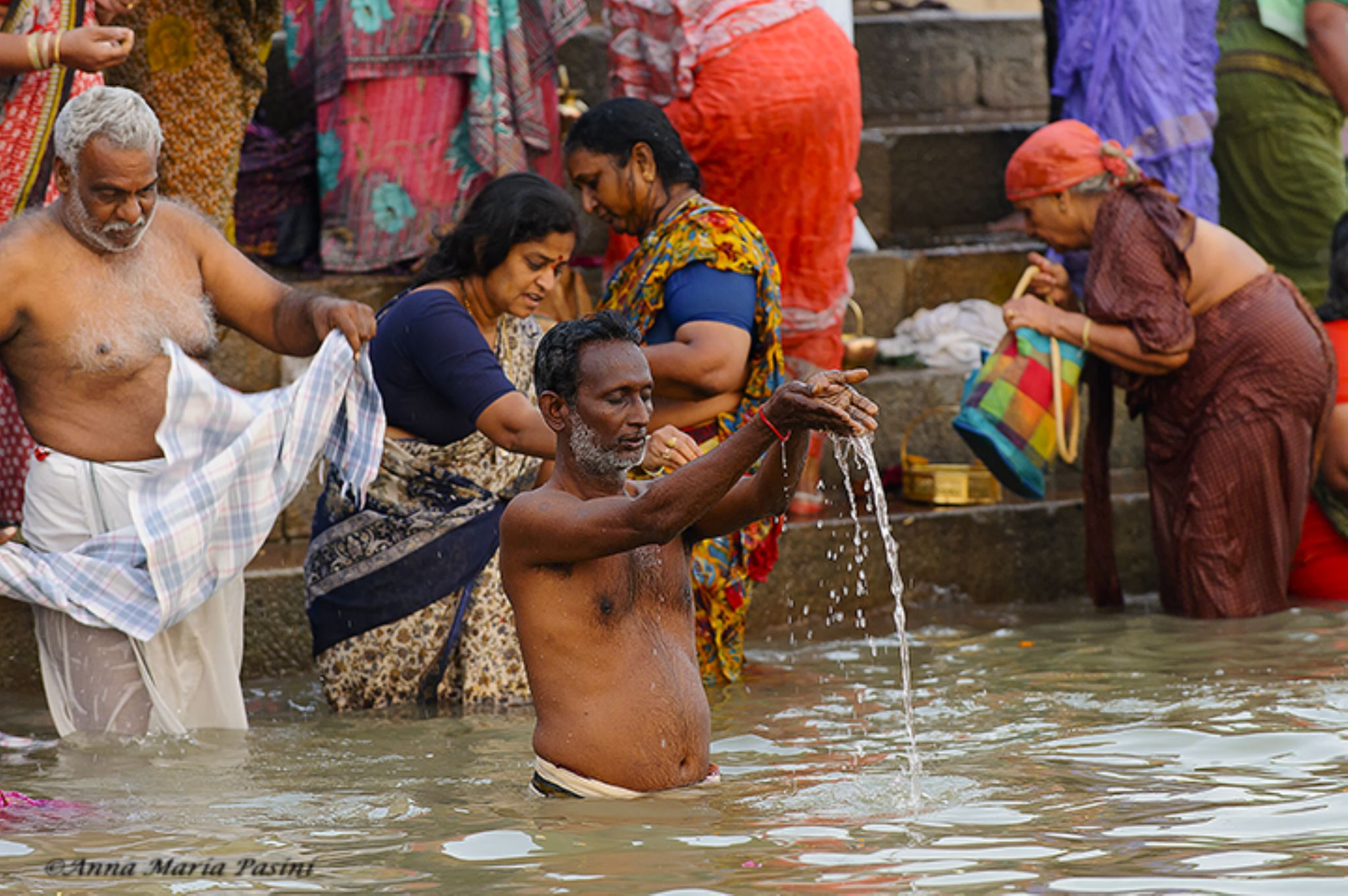 Preghiera sul Gange a Varanasi by annamariapasini