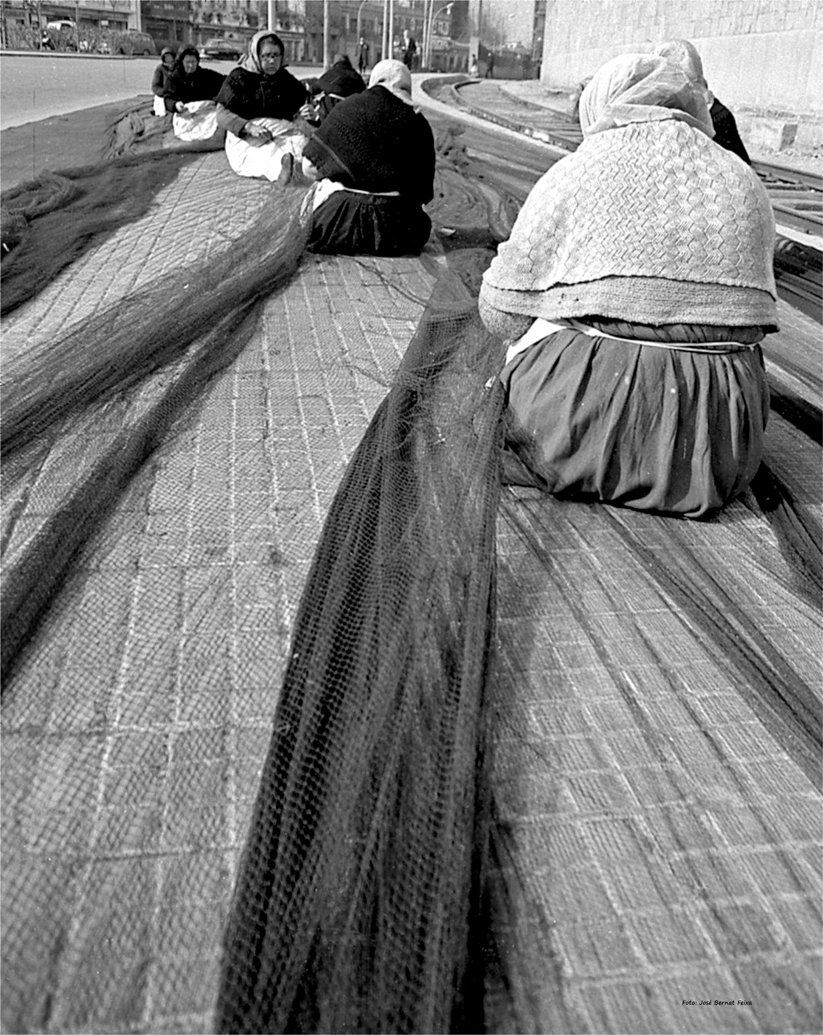 REPARANDO REDES DE PESCA ; REPARATIE VAN VISNETTEN ;  REPAIRING FISHING NETS (60's) by José Bernat Feixa