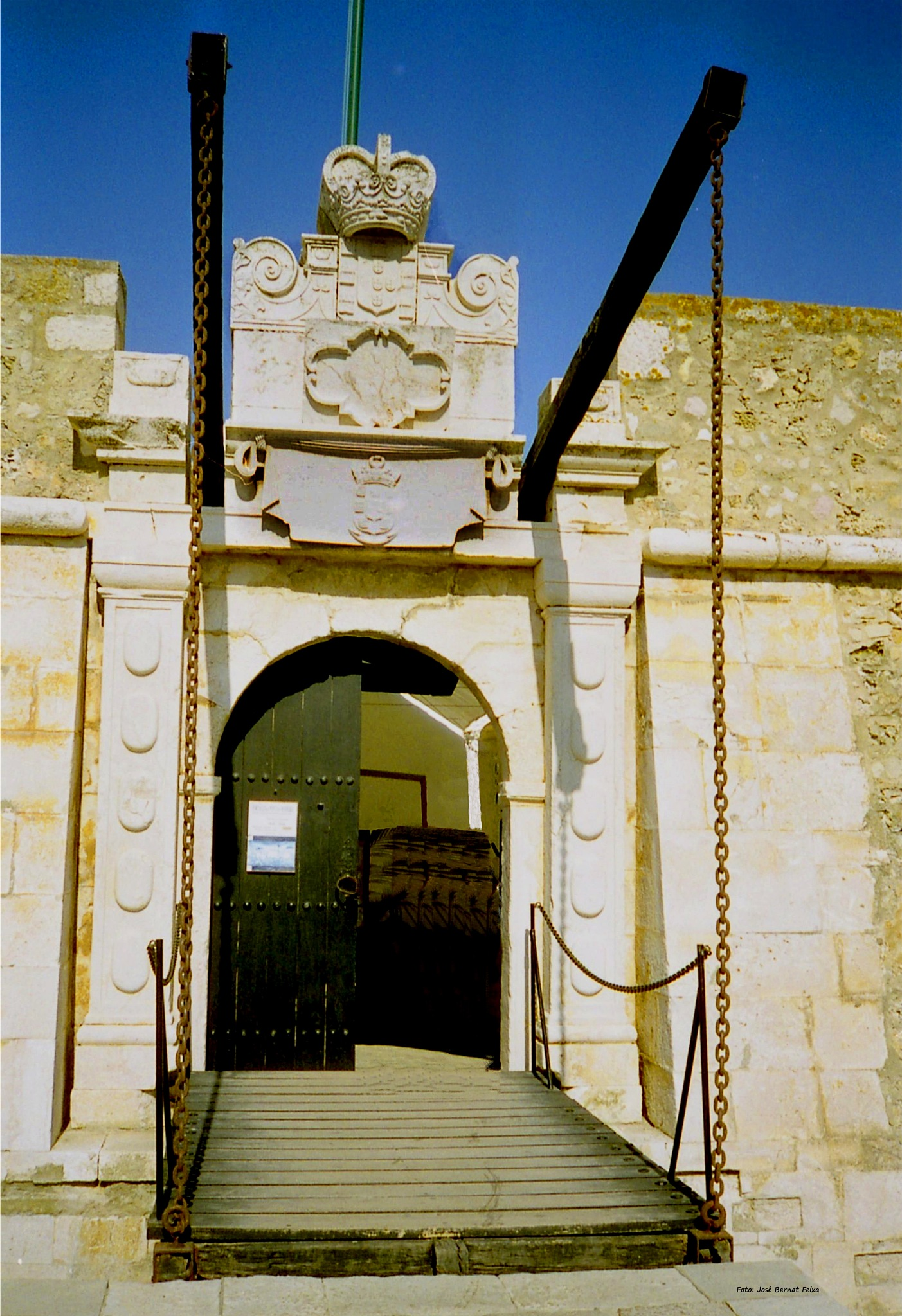 PUENTE LEVADIZO Y MURALLA ; OPHAALBRUG EN MUUR ; DRAWBRIDGE AND WALL by José Bernat Feixa