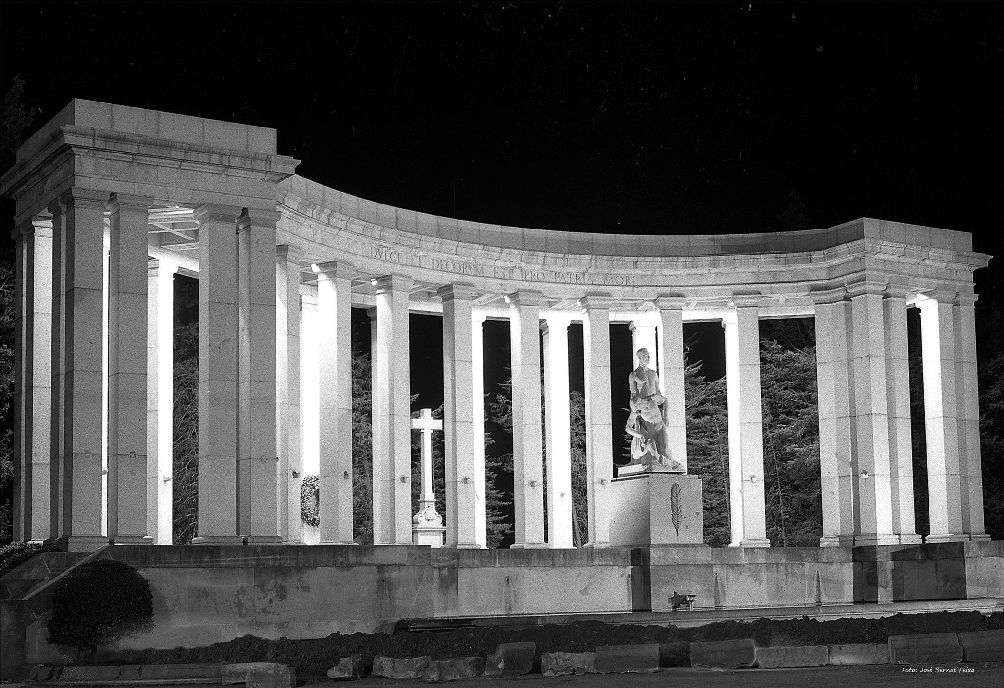 MONUMENTO ILUMINADO; MONUMENT VERLICHT; MONUMENT ILLUMINATED (60's)  by José Bernat Feixa