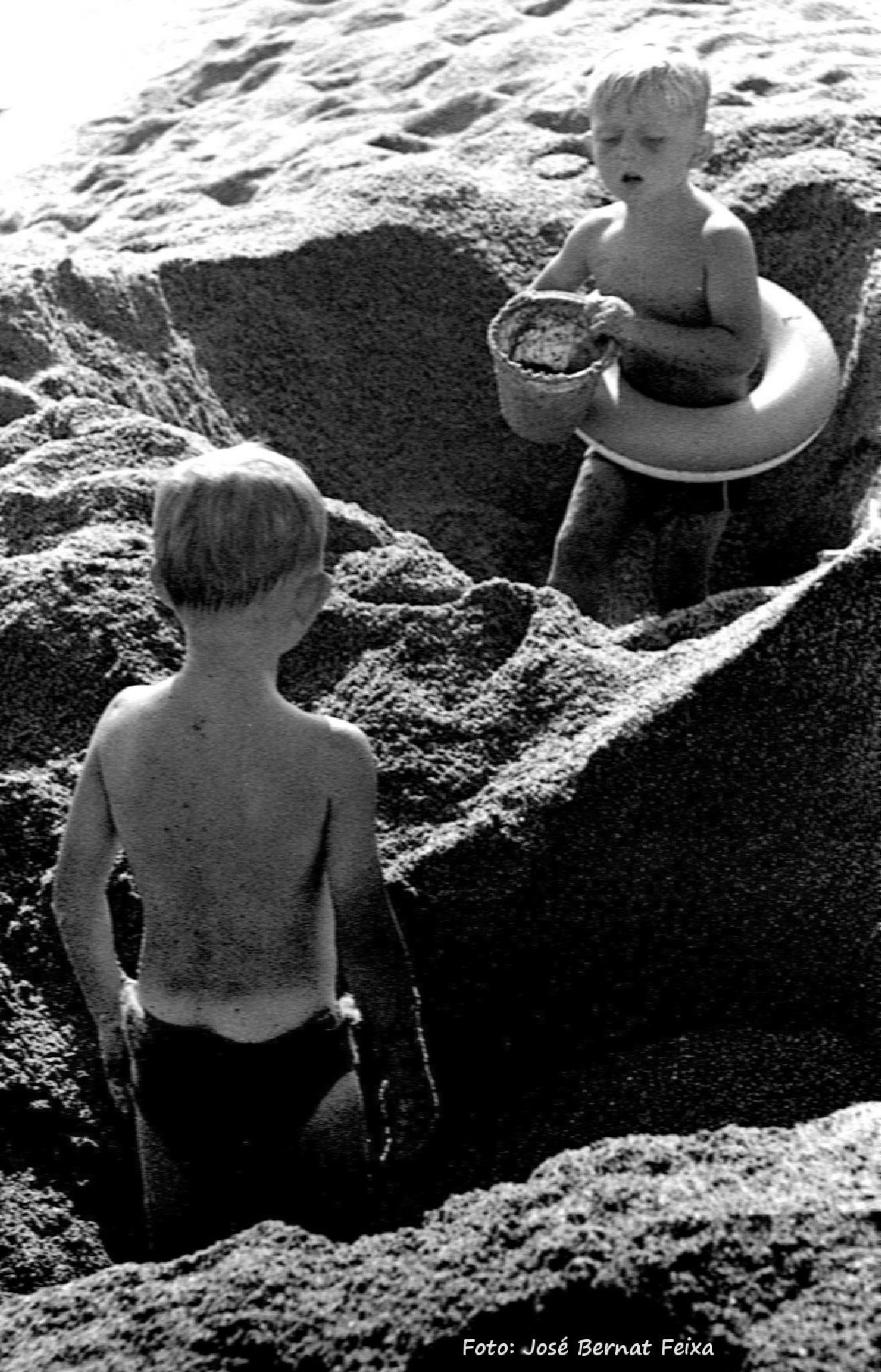 JUGANDO CON LA ARENA, SPELEN MET ZAND, PLAYING WITH SAND (60's) by José Bernat Feixa
