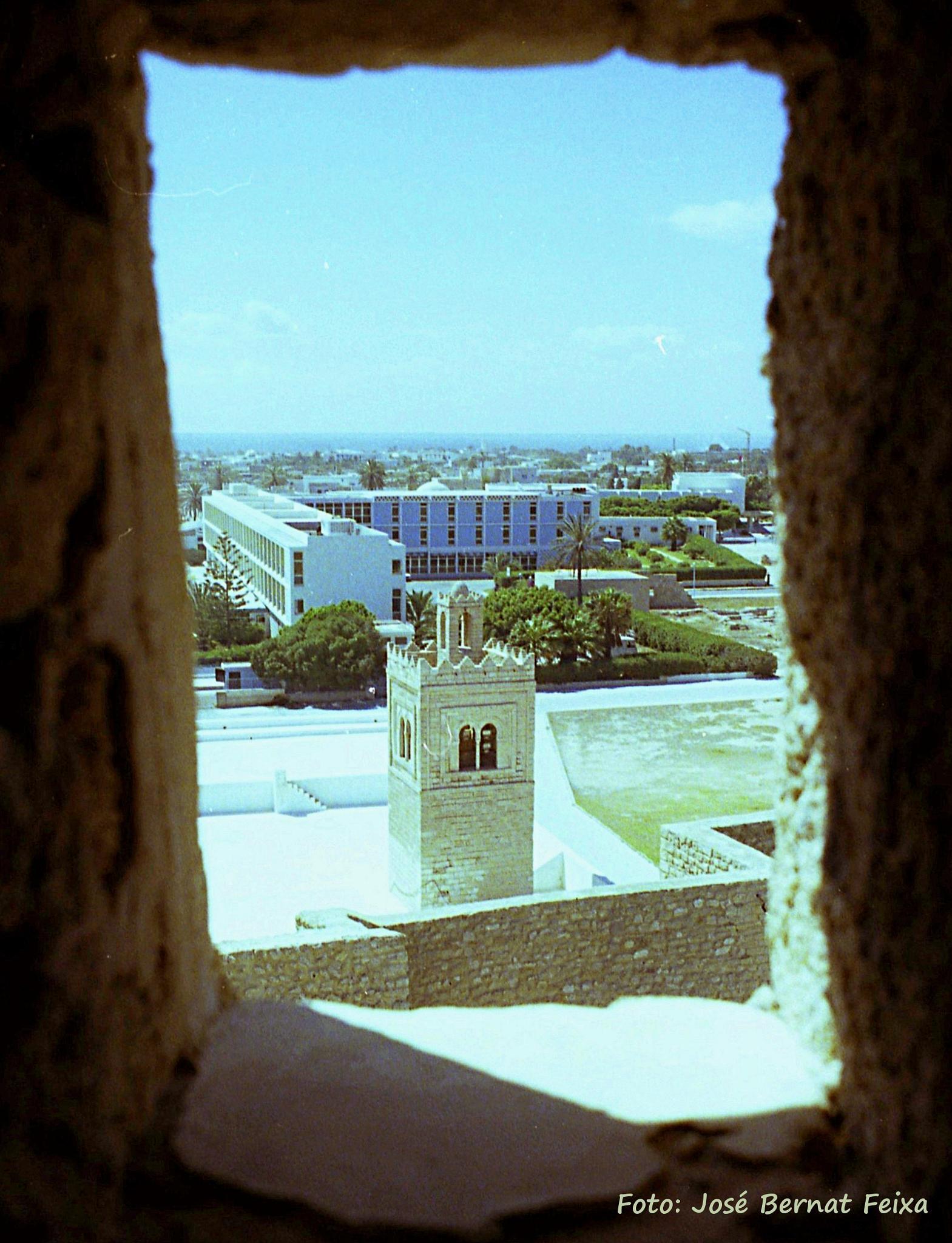 VISTA, DOORKIJKJE, CITYSCAPE, Monastir,  Sousse, Tunesië (1978)  by José Bernat Feixa