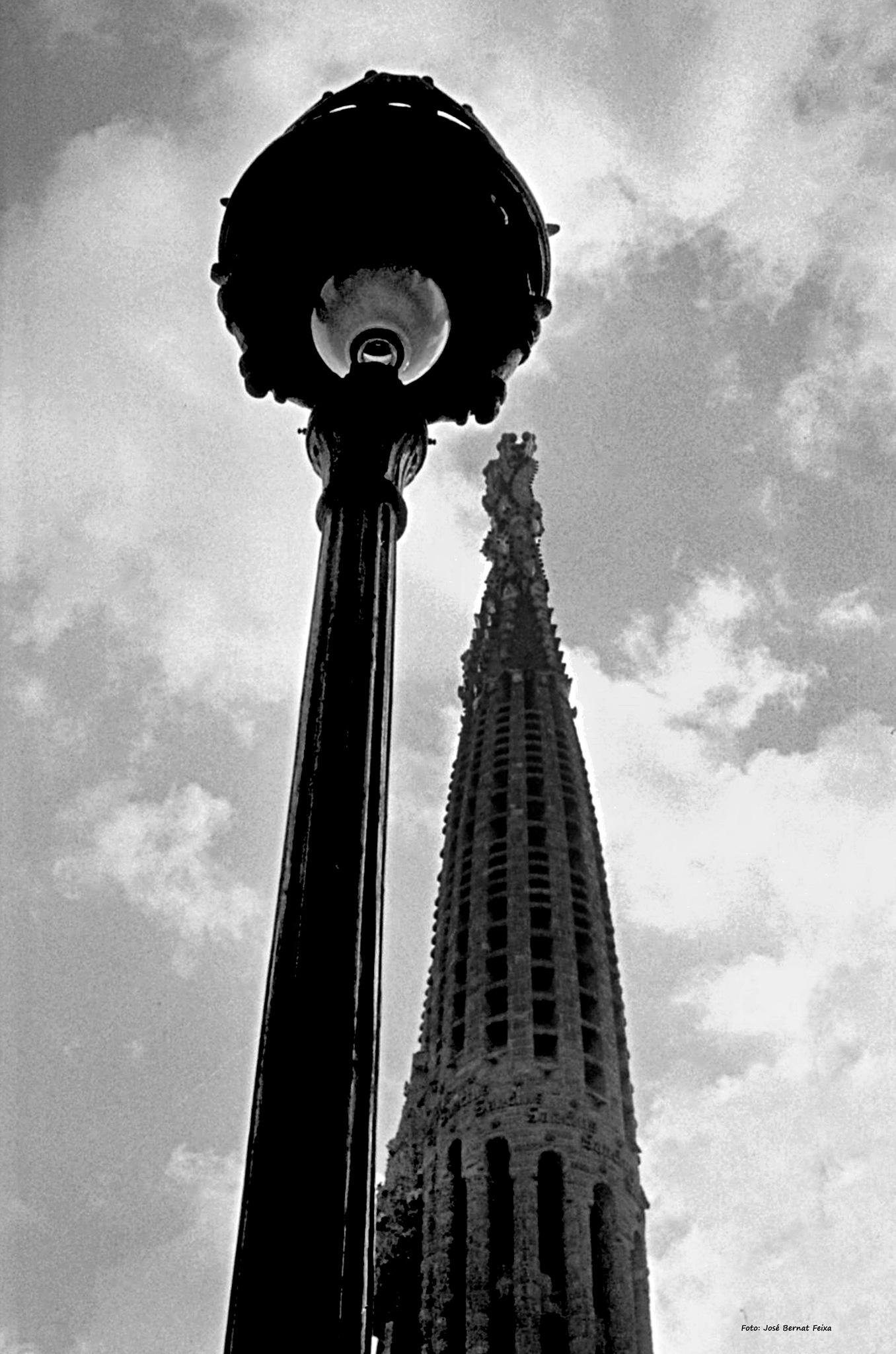 ¡Visión muy especial de la Sagrada Familia!; Zeer bijzonder uitzicht van de Sagrada Familia!; (60's) by José Bernat Feixa