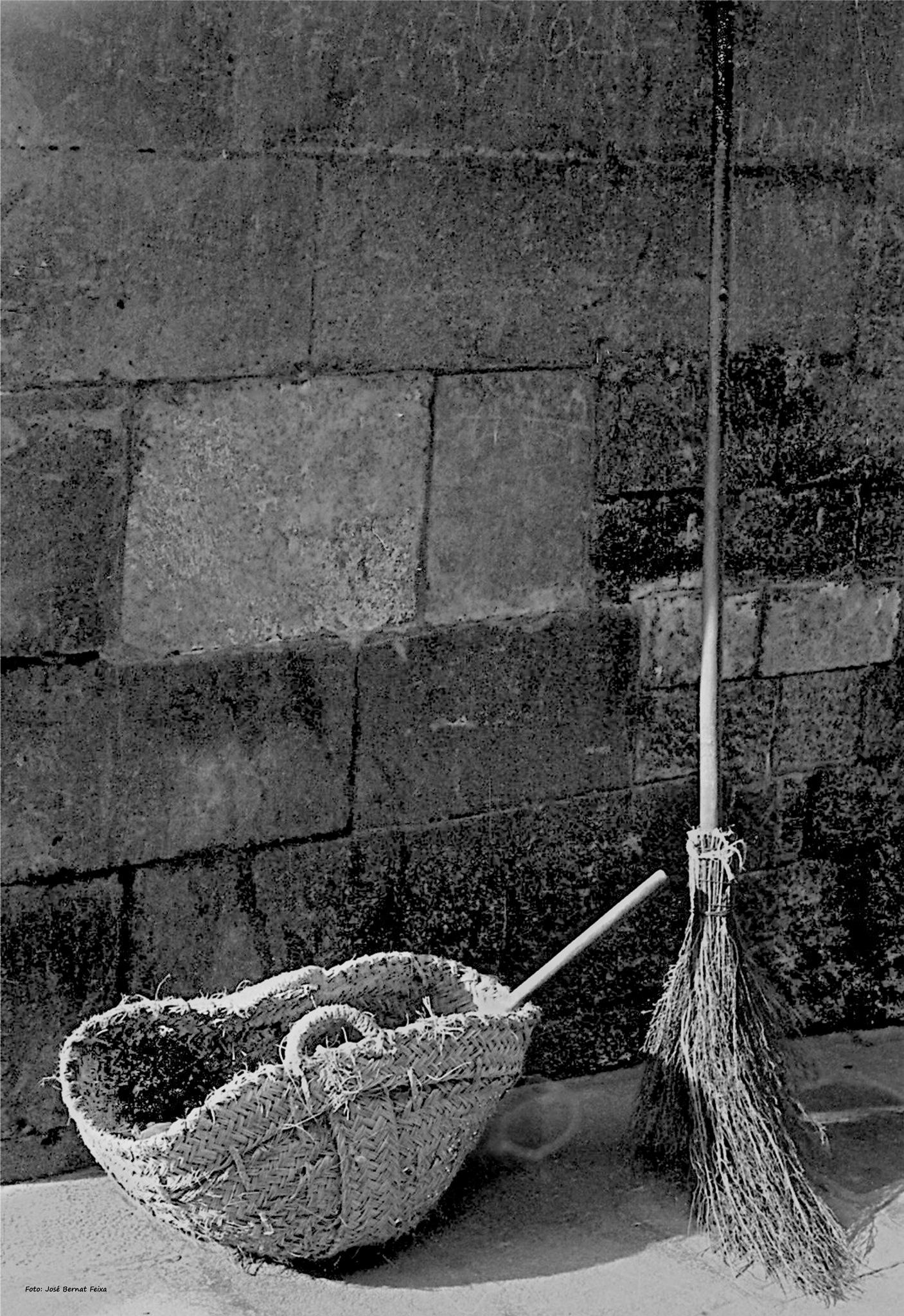 CESTA Y ESCOBA ; MAND EN BEZEM ; BASKET AND BROOM (60's) by José Bernat Feixa