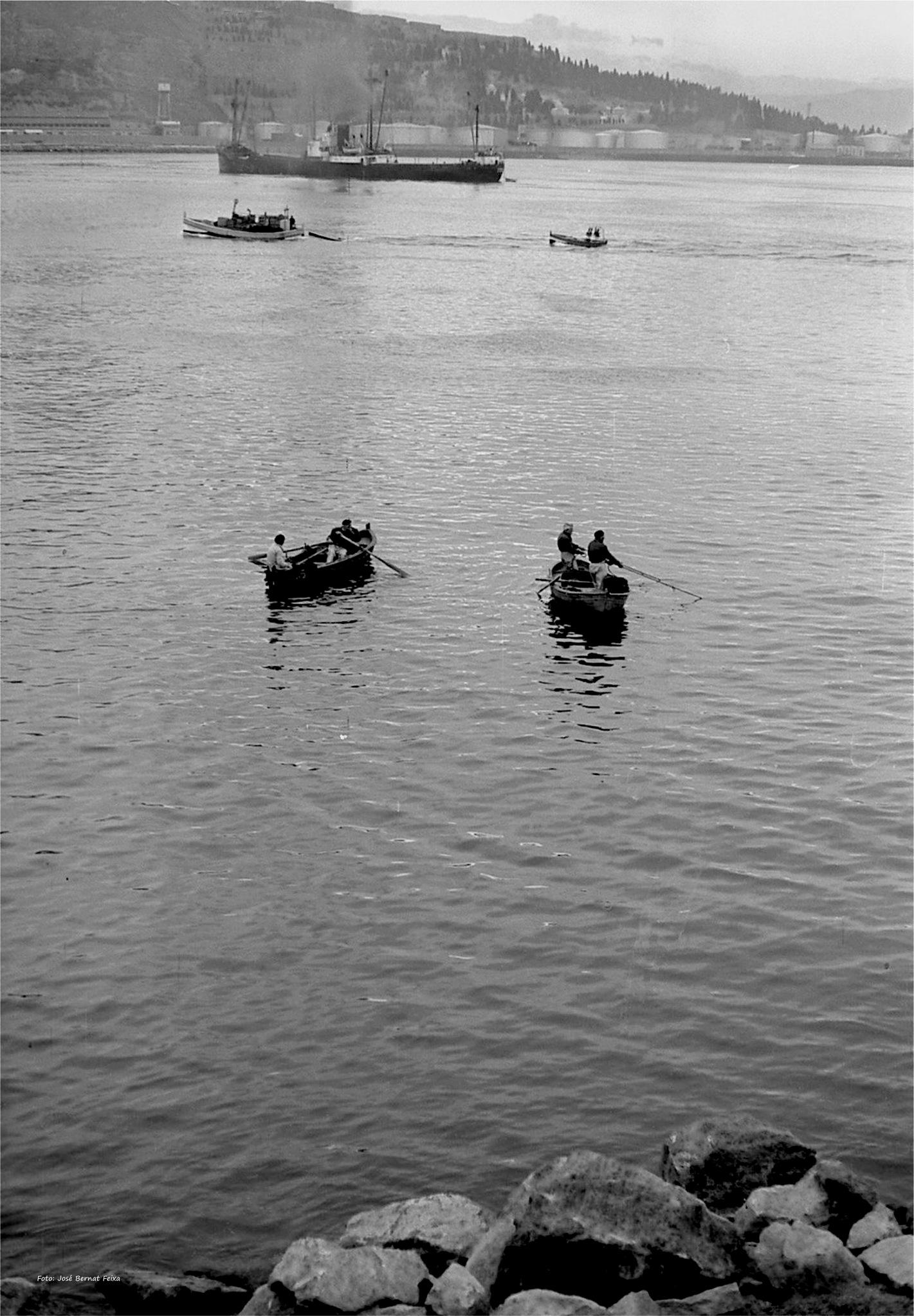 BARCAS DE PESCA Y BUQUE ; VISSERSBOTEN EN SCHIP ; FISHING BOATS AND SHIP (60's)  by José Bernat Feixa
