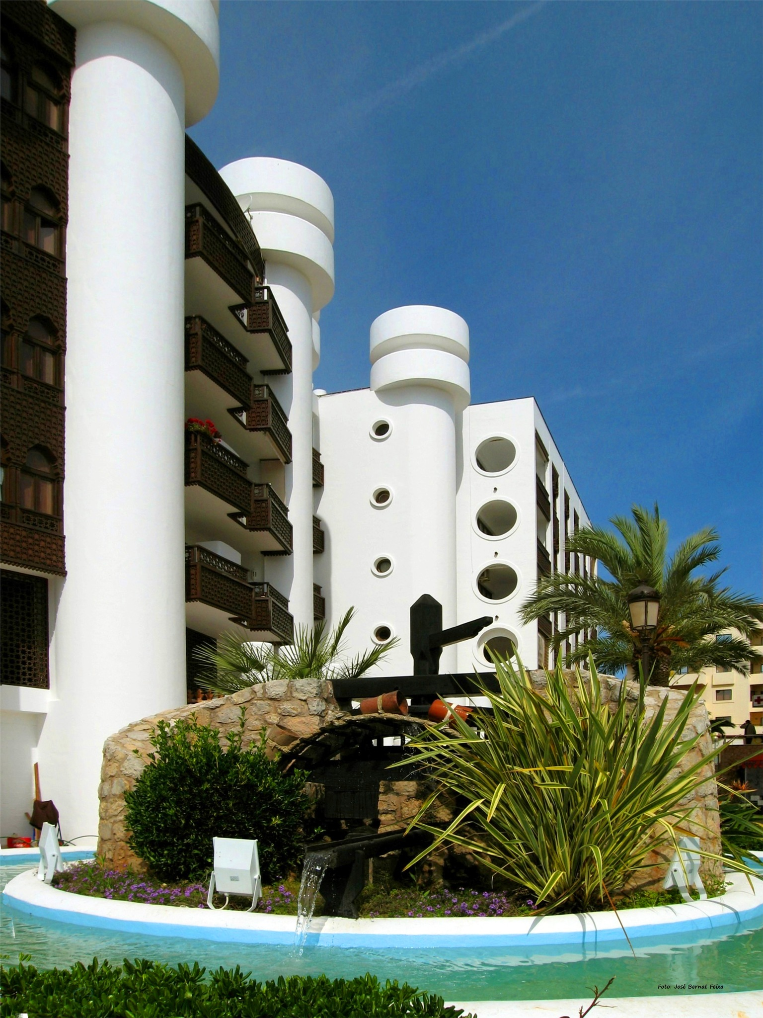 FUENTE Y EDIFICIOS ; FONTEIN AND GEBOUWEN ; FOUNTAIN AND BUILDINGS by José Bernat Feixa