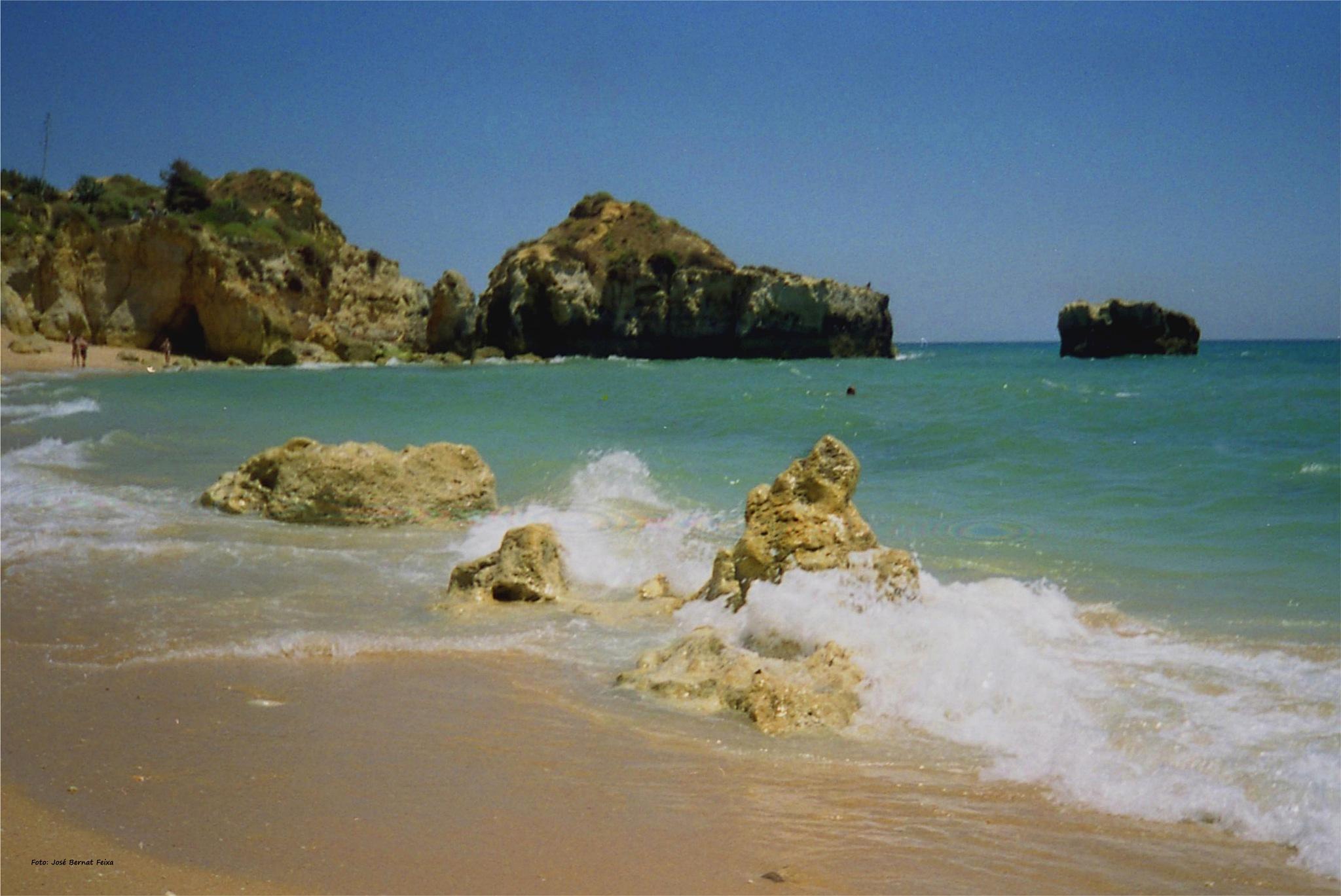 PLAYA Y ROCAS ; STRAND EN ROTSEN ; BEACH AND ROCKS by José Bernat Feixa