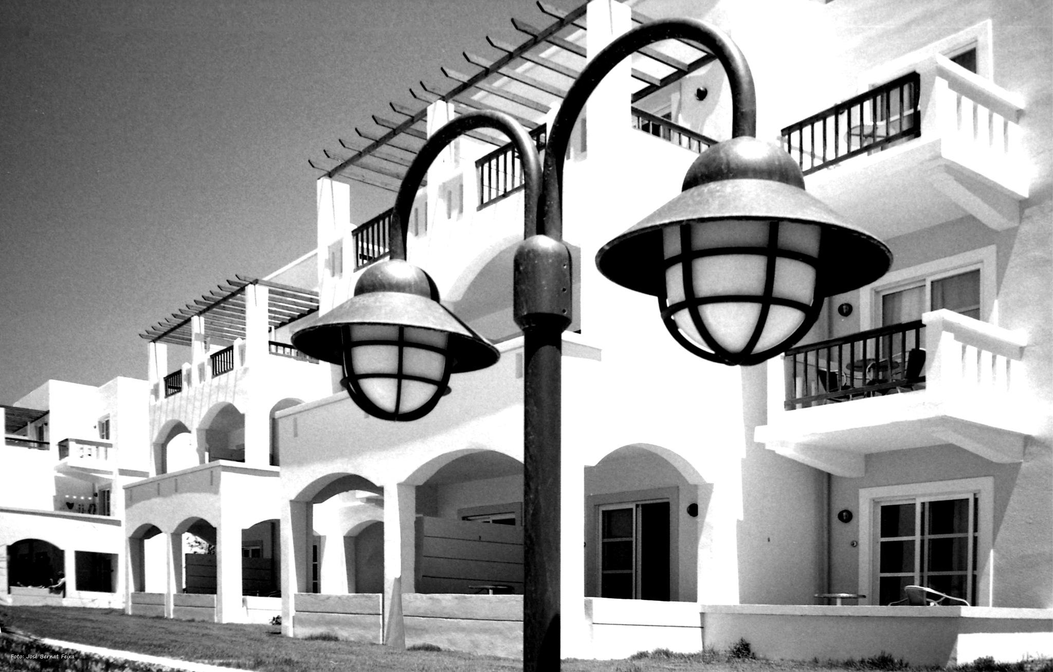FAROLA Y APARTAMENTOS ; LANTAARNPAAL EN APPARTEMENTEN ; LAMPPOST AND APARTMENTS  by José Bernat Feixa