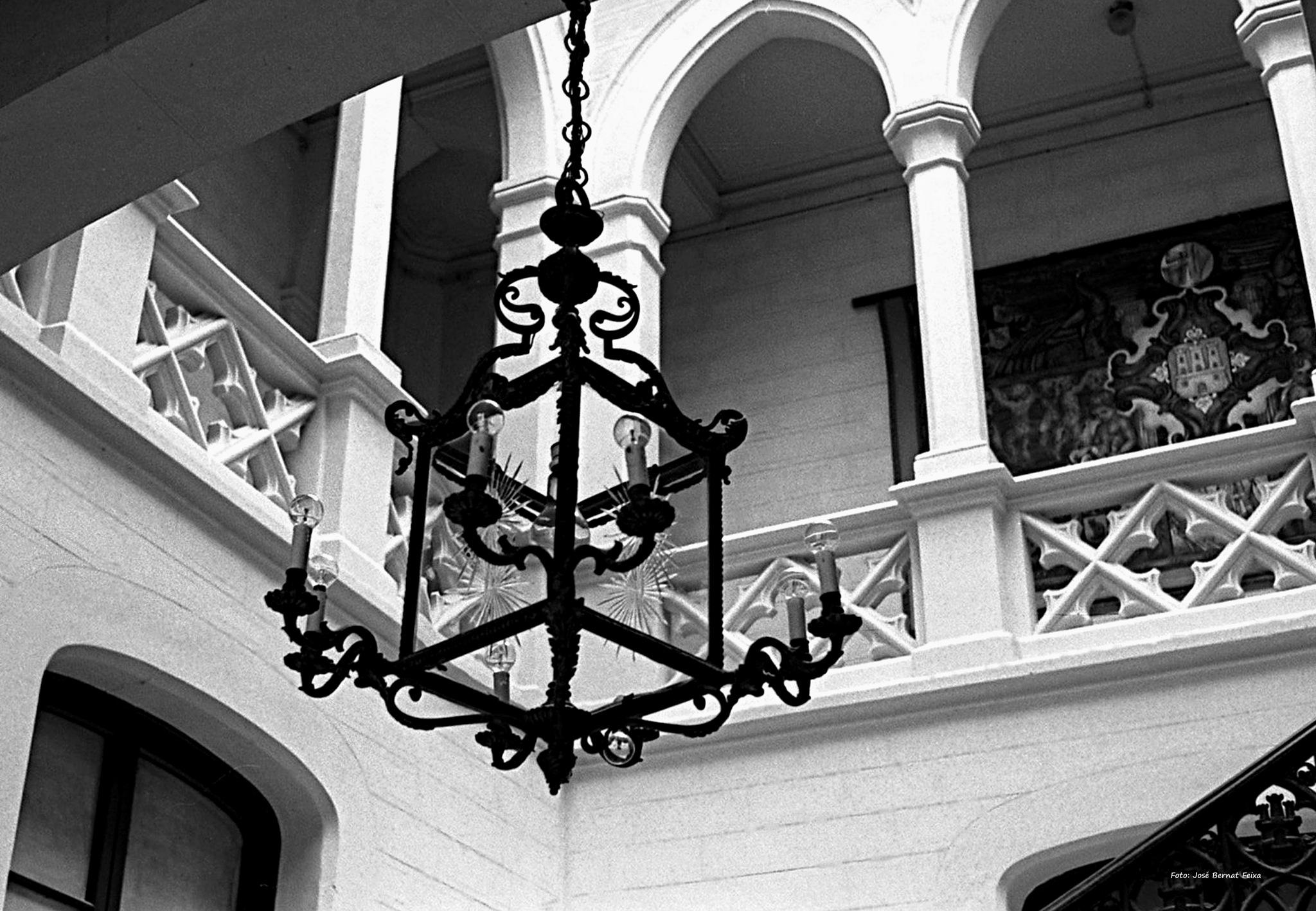 Lámpara colgando en vestíbulo; Hanglamp in de foyer; Hanging lamp in lobby (60's) by José Bernat Feixa