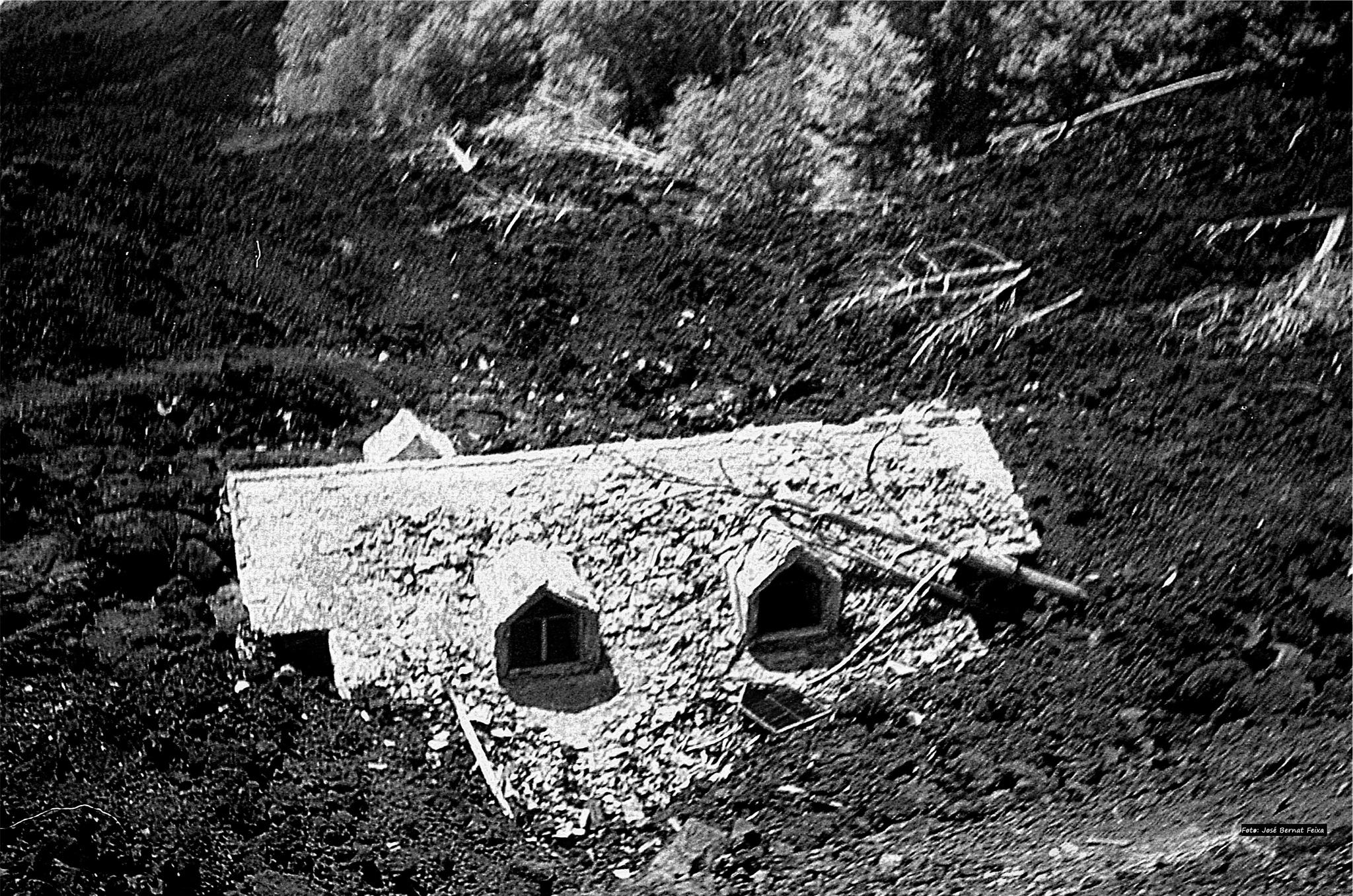 CASA ENTERRADA CON LAVA ; HUIS BEDOLVEN MET LAVA ; HOUSE BURIED WITH LAVA by José Bernat Feixa