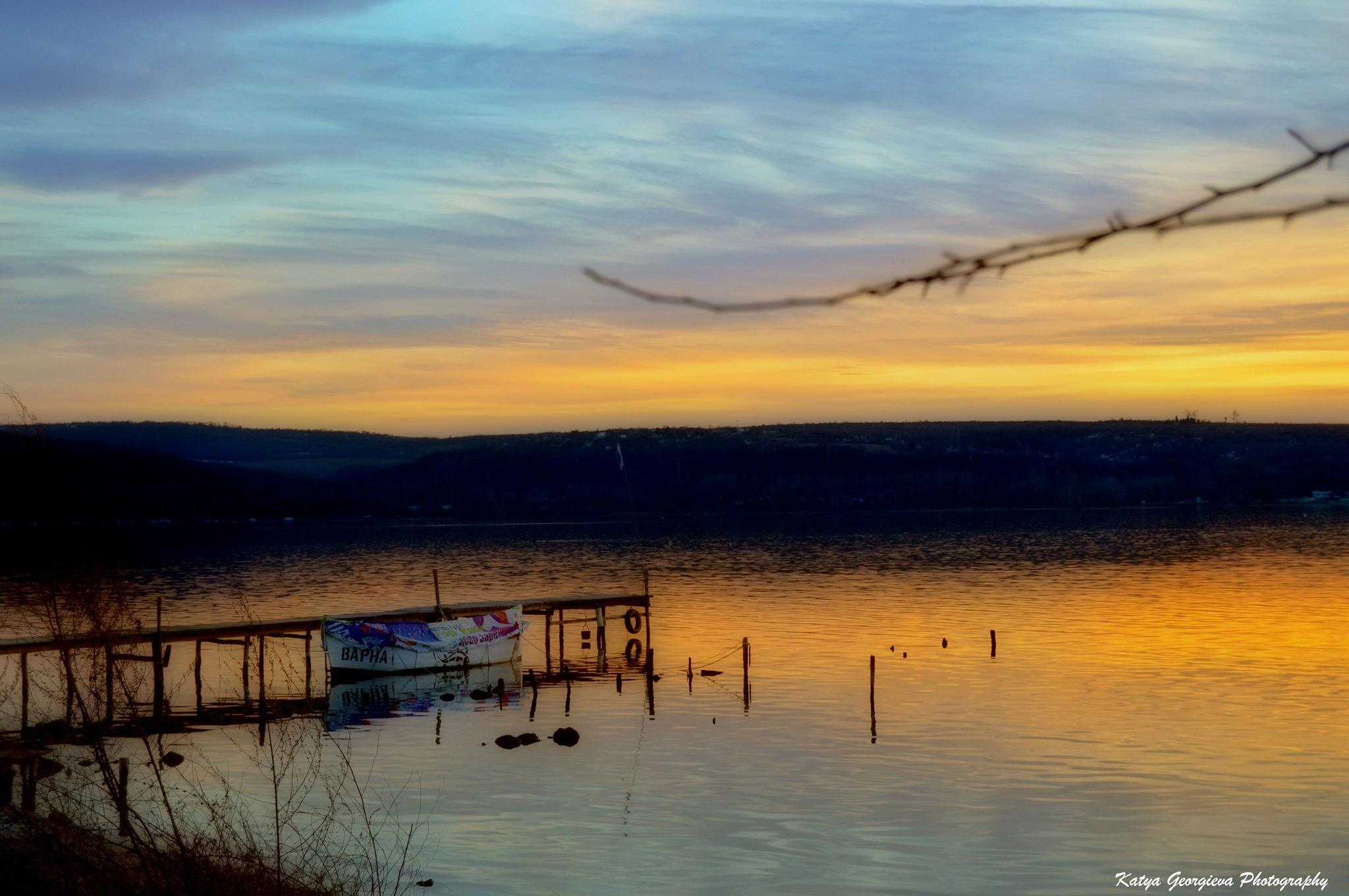 The sun slowly disappears over the lake.... by Katya Georgieva Photography