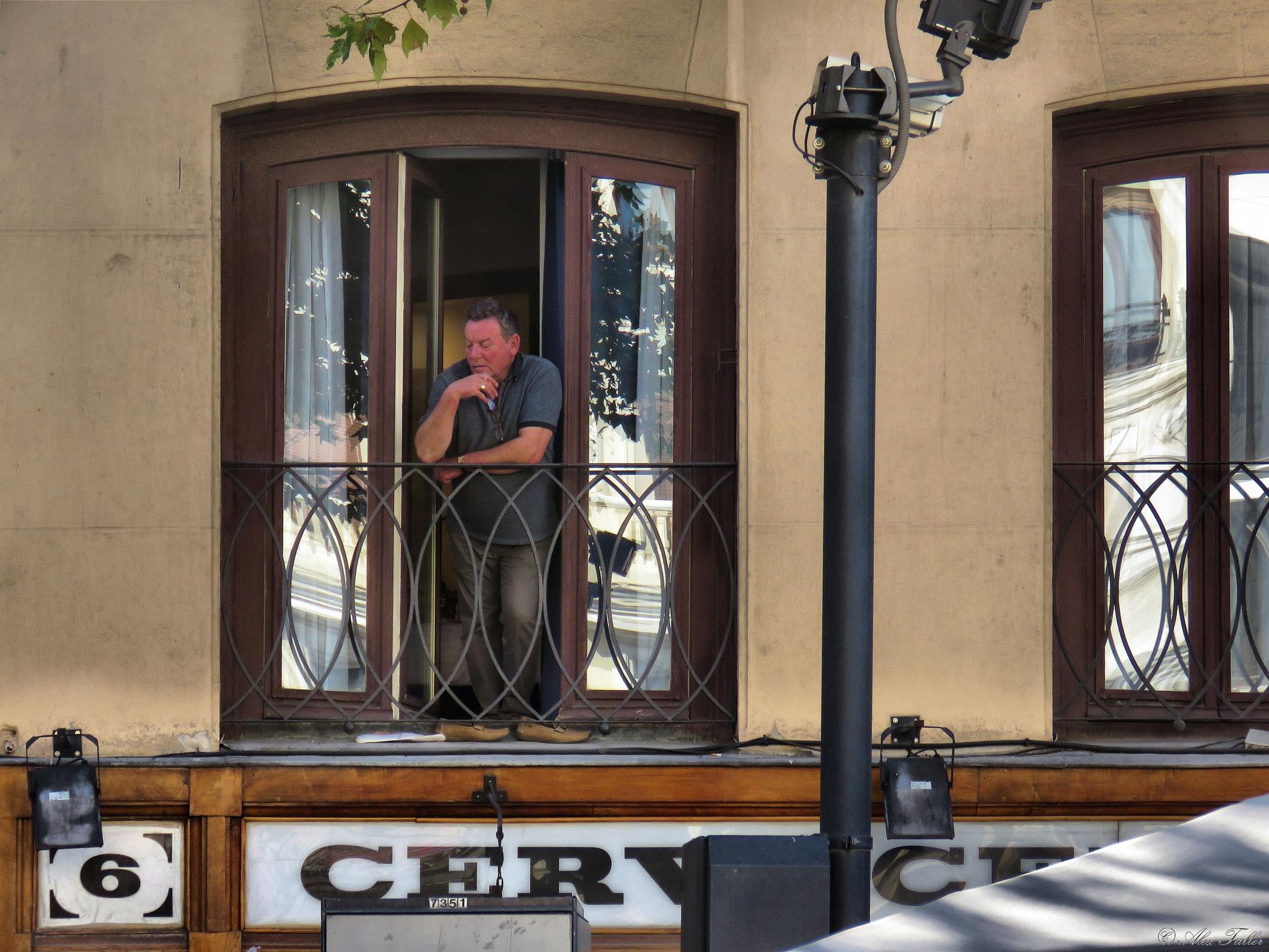 Un fumador por encima de la Cervecería Alemana by +Alex Taller