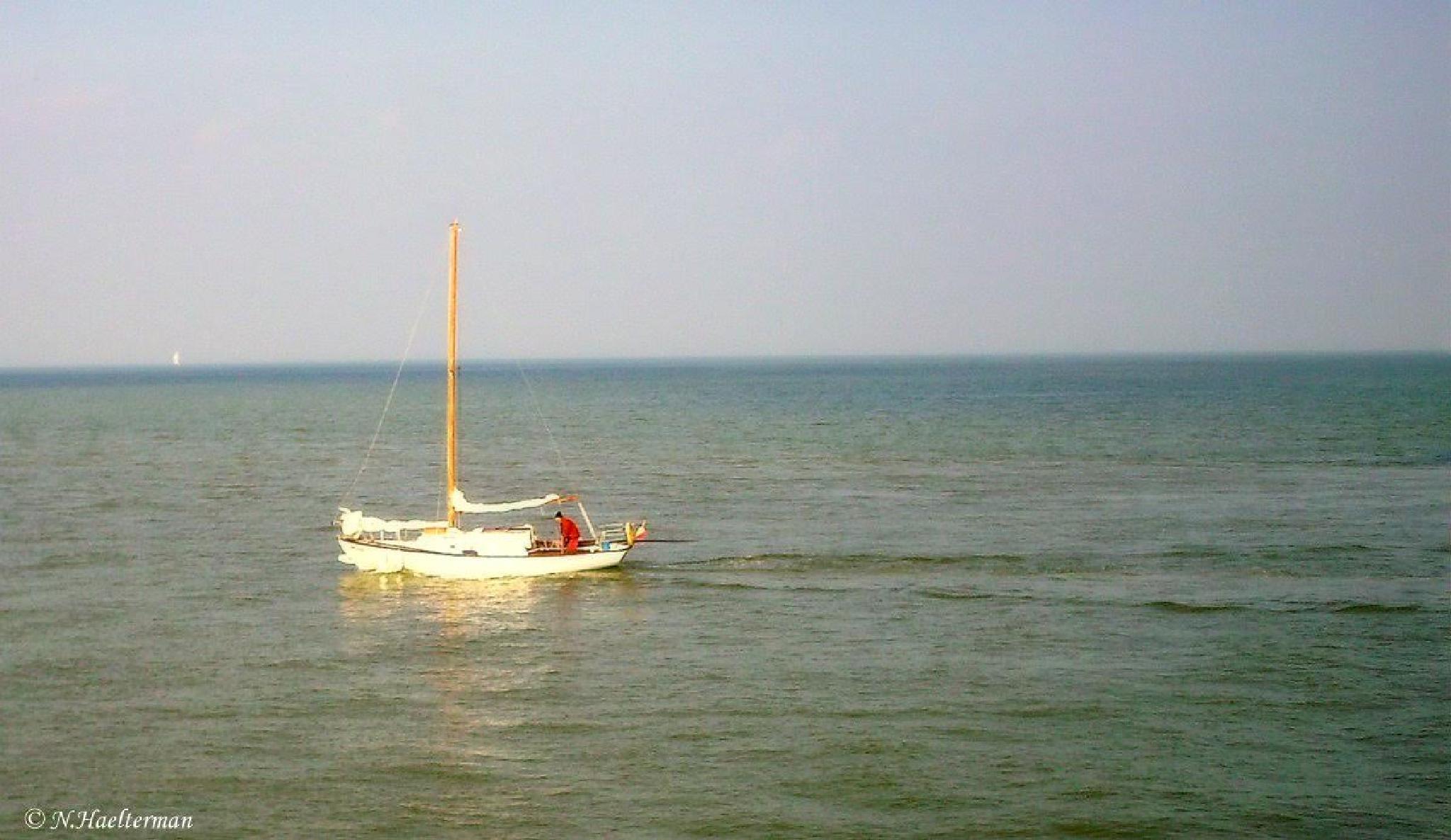 Zeilbootje wiegt zachtjes heen en weer op de zee.... by nelly.haelterman