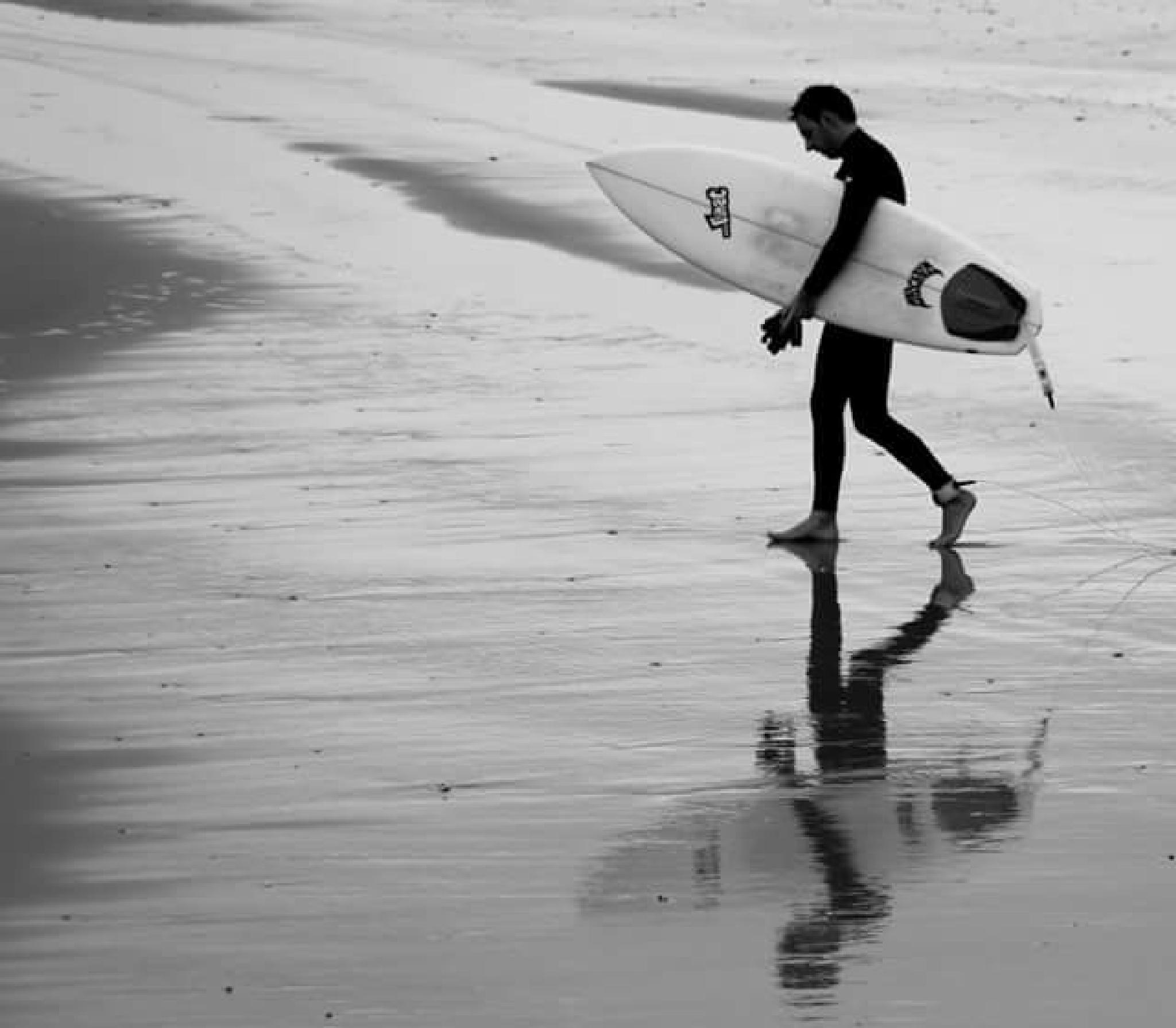 the surfer of Aveiro by lorenzo.lourencothierry