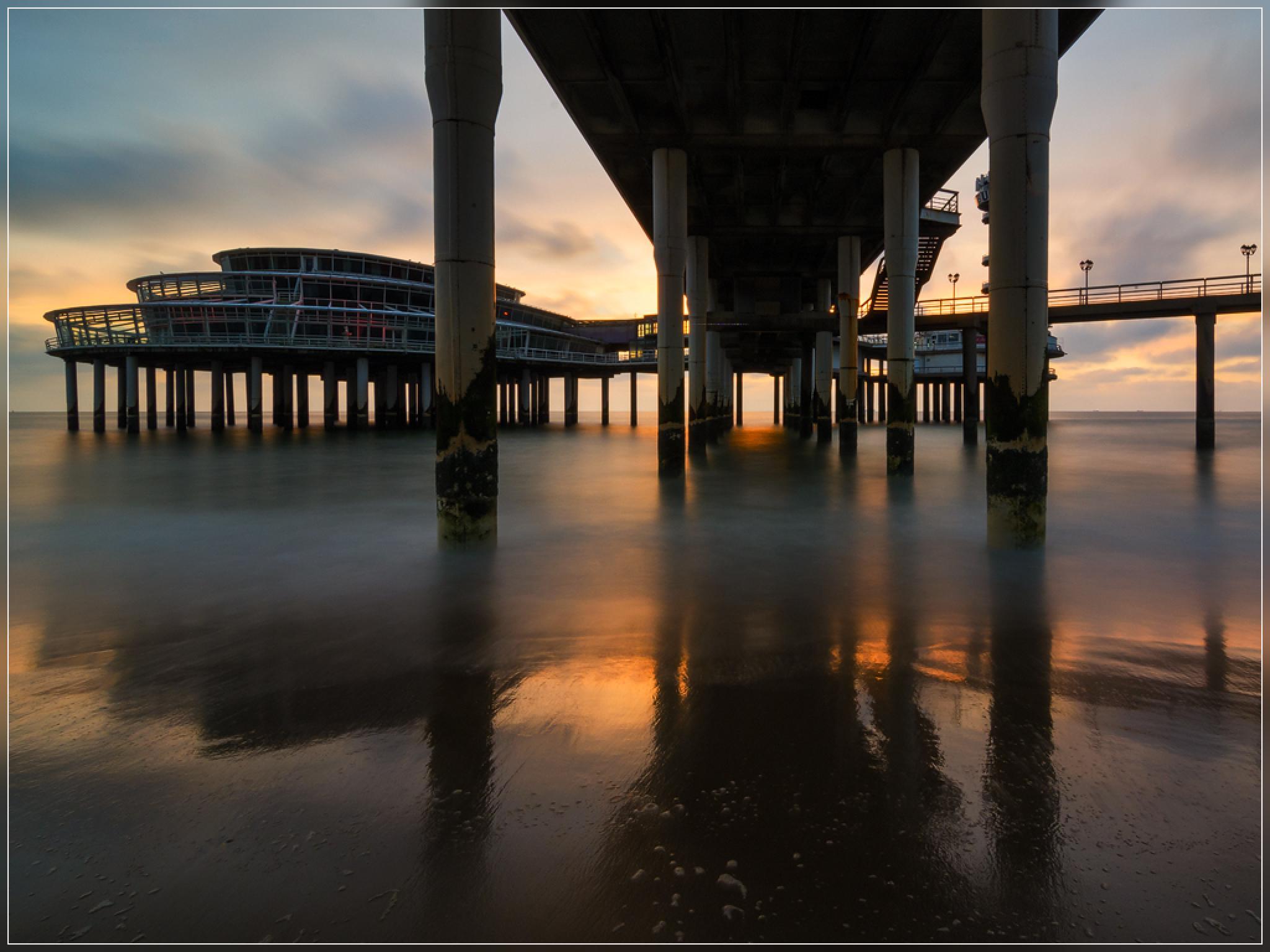 Onder de pier van Scheveningen by jospannekoek