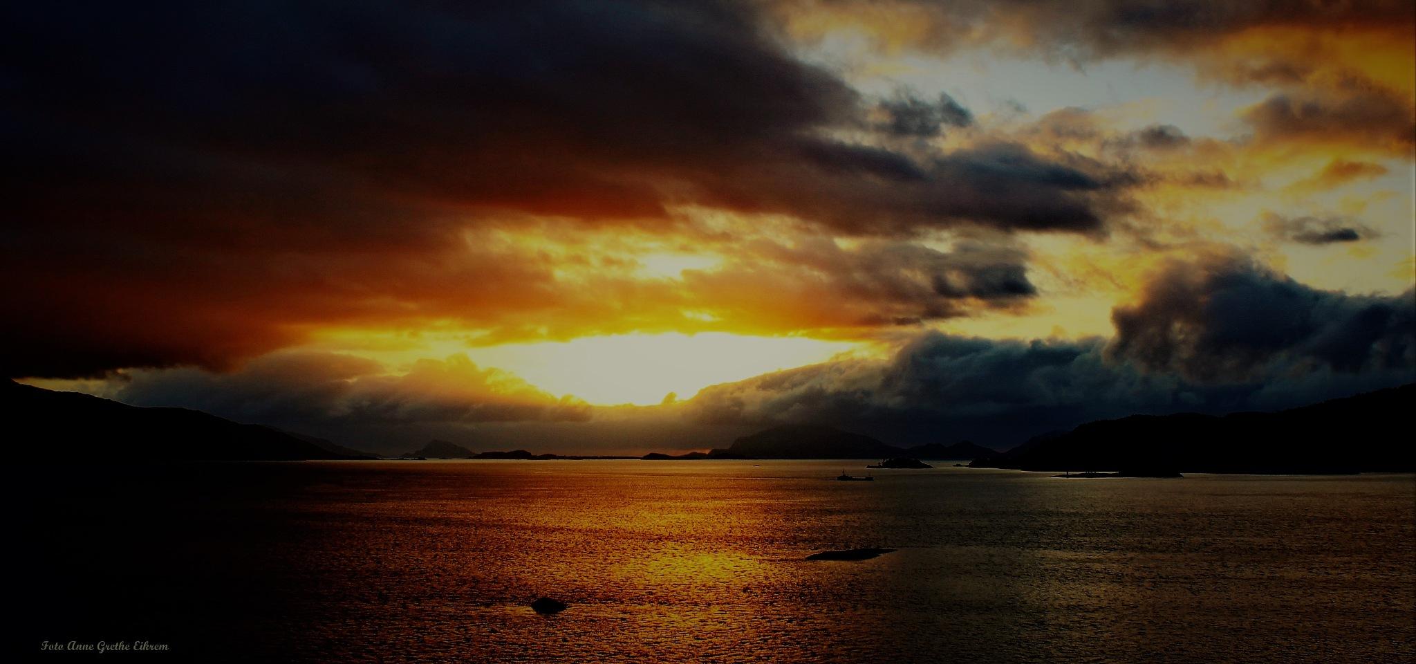 Heavy clouds by Anne Grethe Eikrem