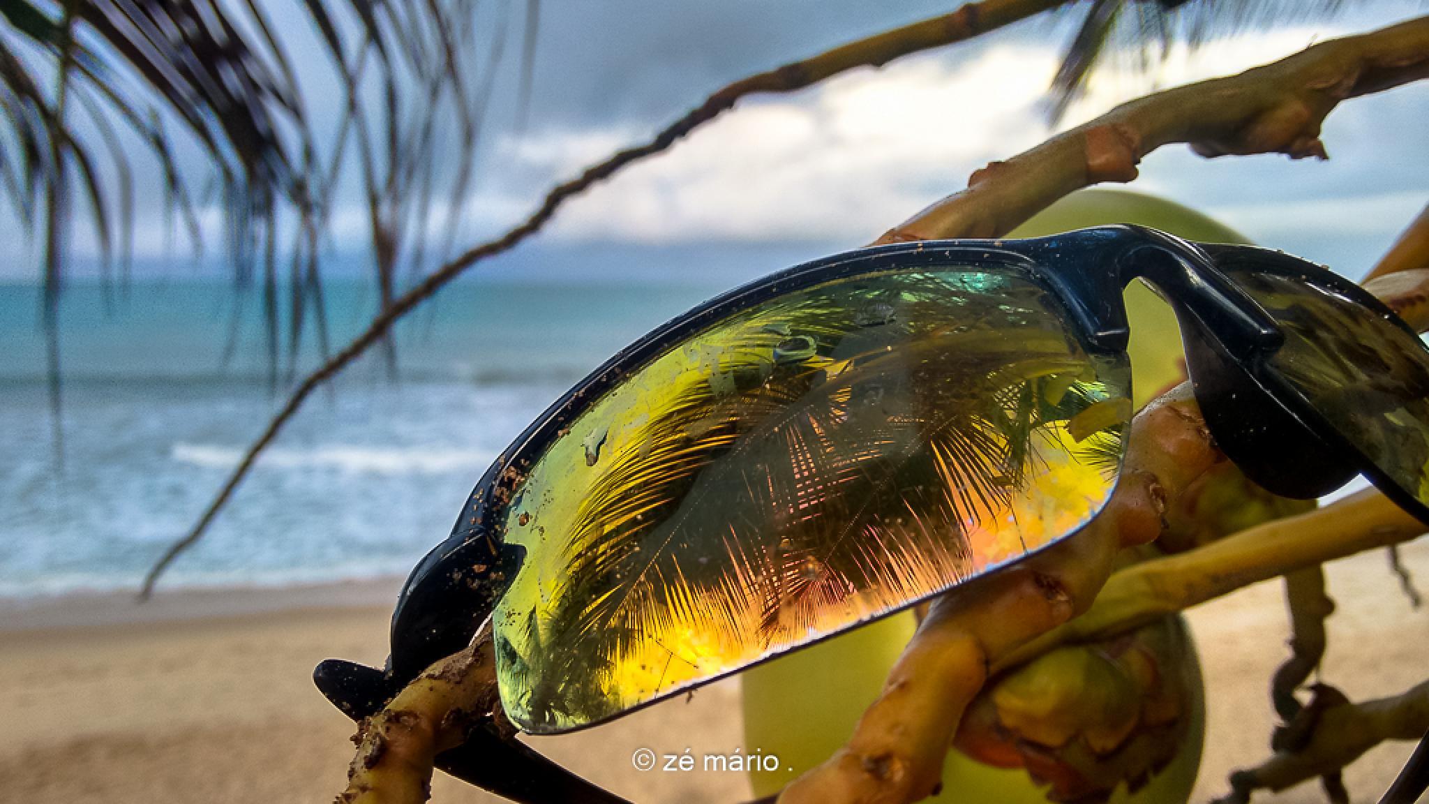 Alguém usou colírio e esqueceu o óculos espelhado na praia... by dezemario