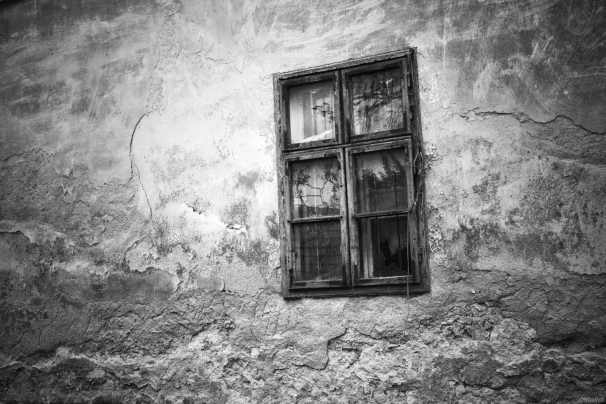 The window looked at me... by Mitalier