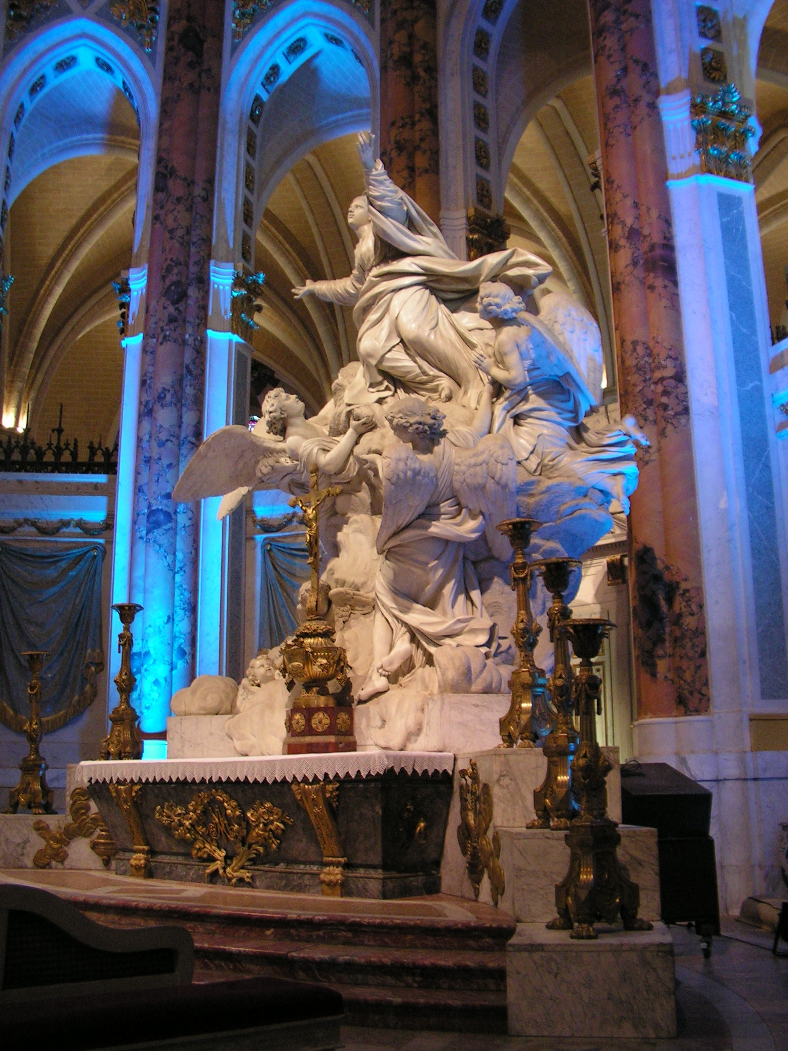 Statue in Notre Dame Chartes by andythrossell