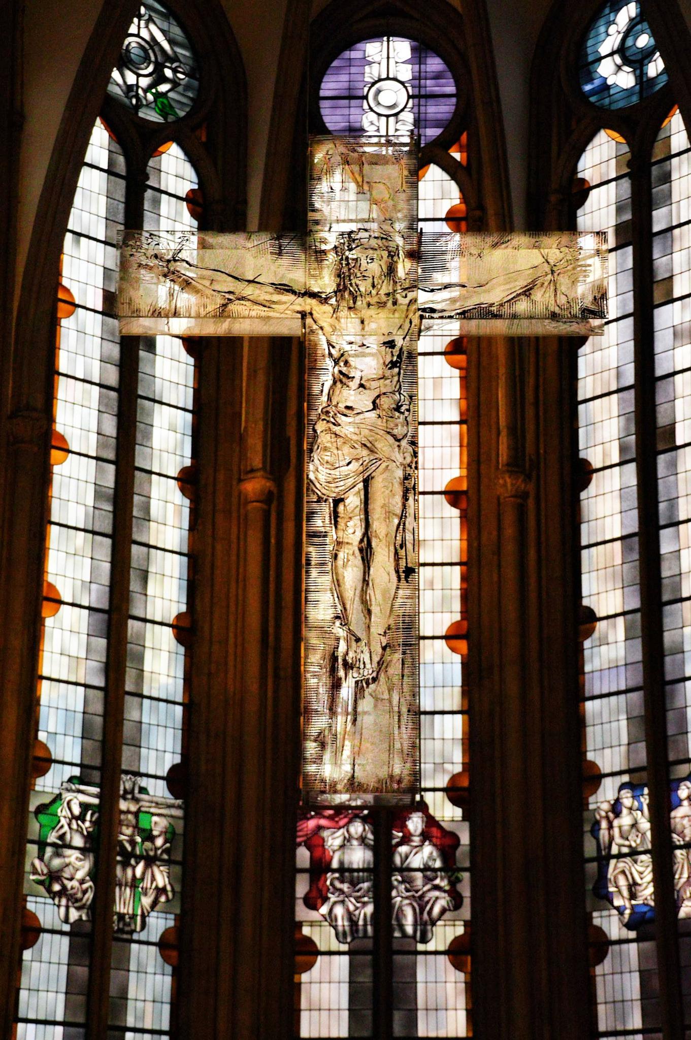 Das gläserne Kreuz in der menoritenkirche in Köln / The glass cross in the menoritenchurch in Cologn by RoPaFue