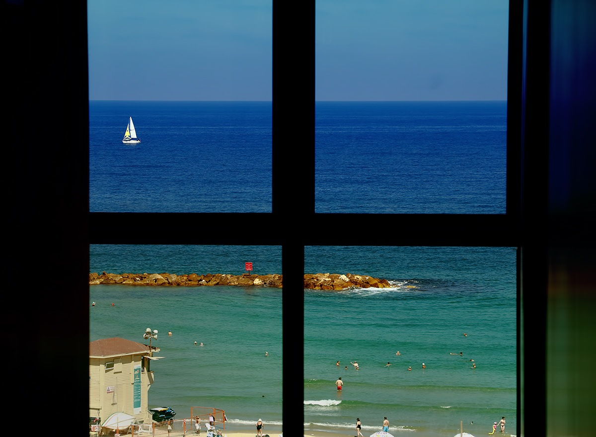 DIFFERENTS LIFES FROM MY WINDOW by Renzo