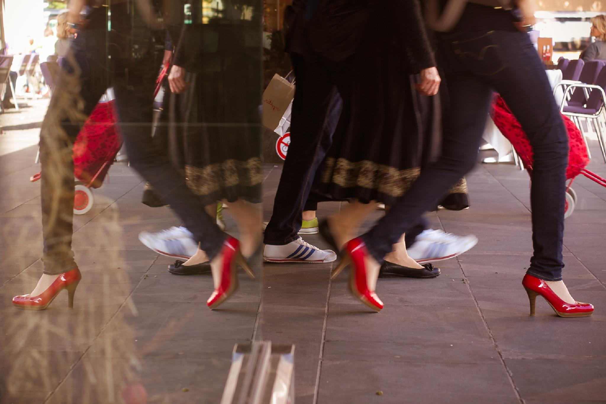 red shoes by fotobluzz