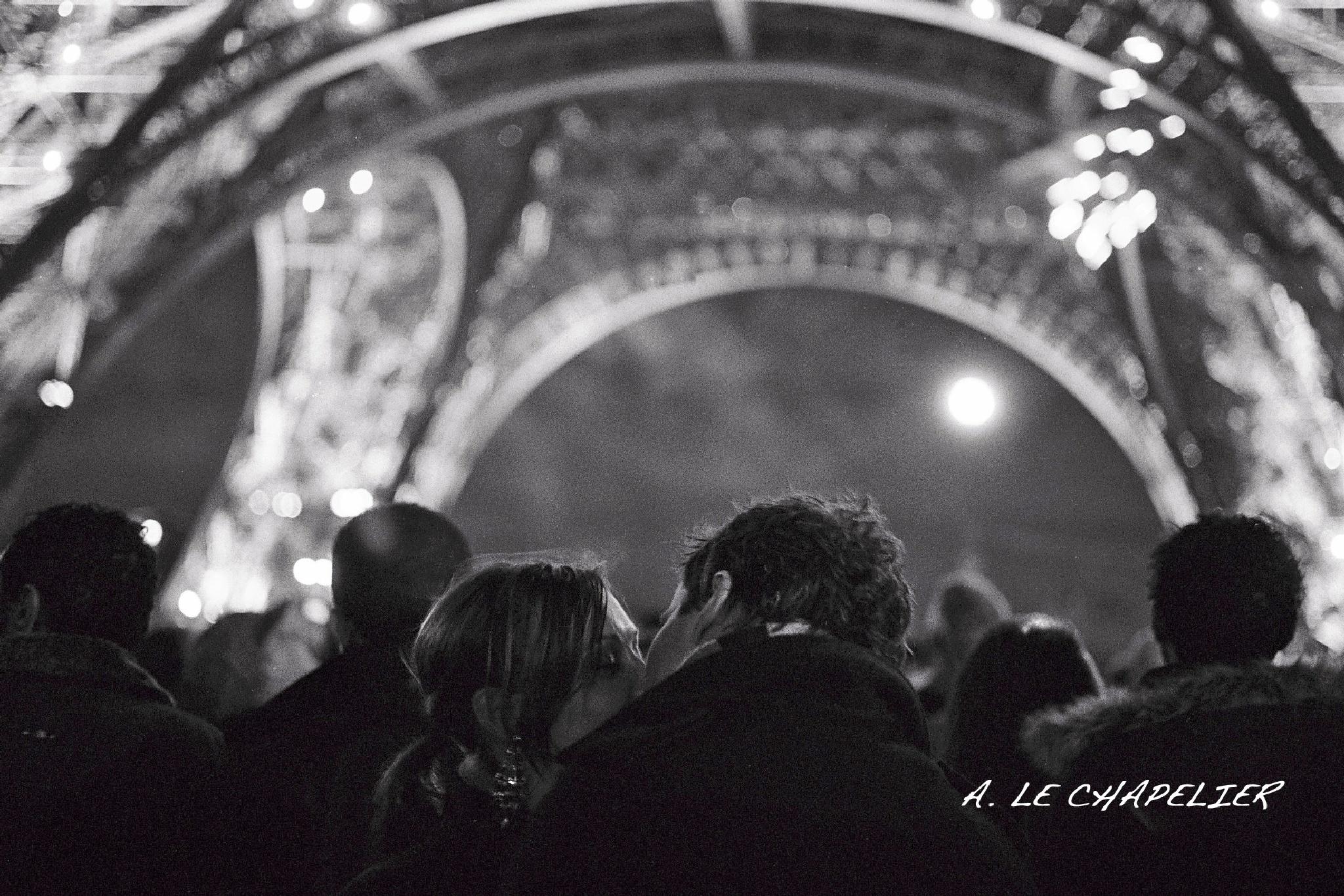 Le baiser sous la tour Eiffel. Kissing under Eiffel tower by le-chapelier.alain