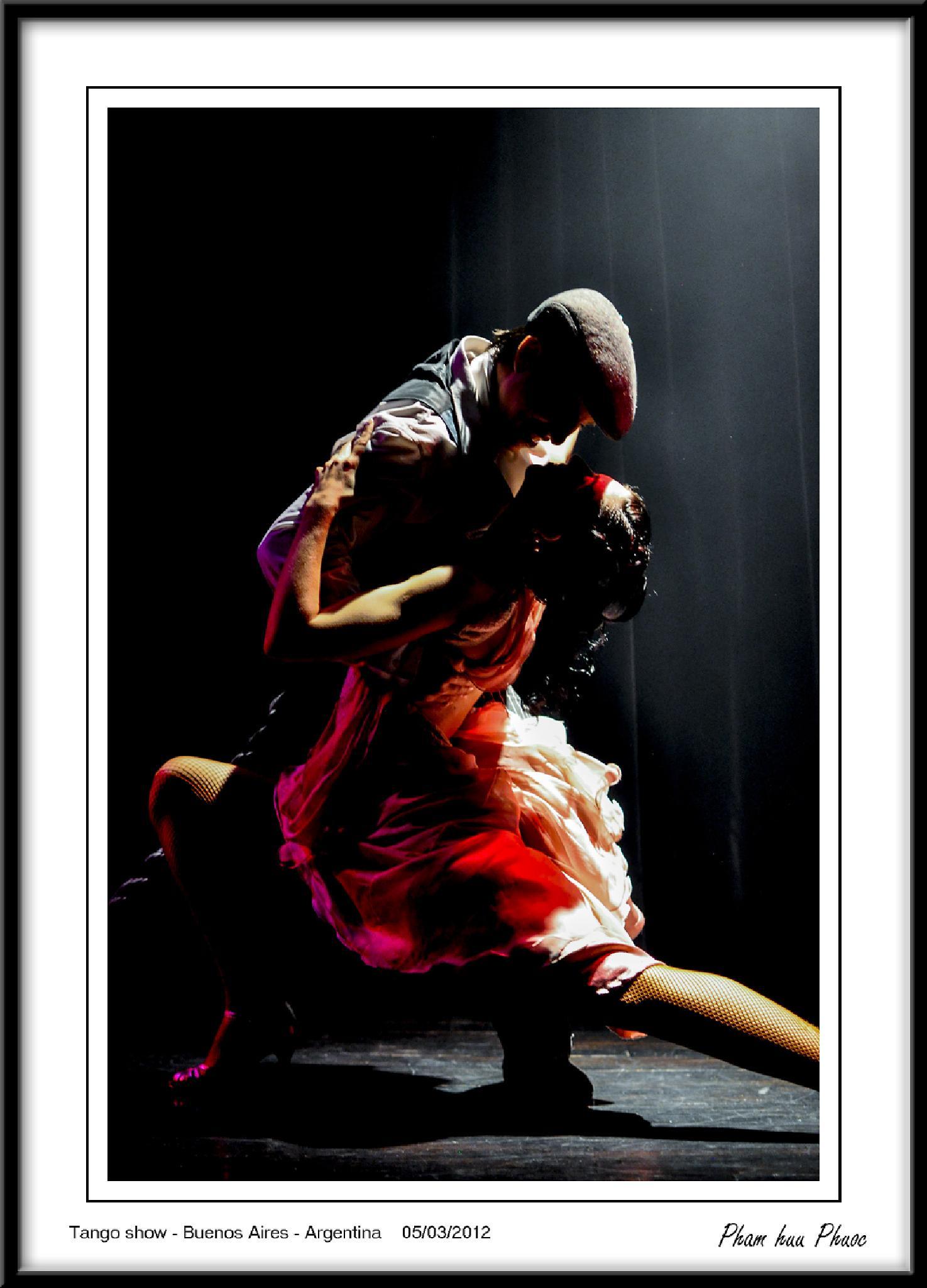 Tango show, Buenos Aires, Argentina by Huu Phuoc Pham