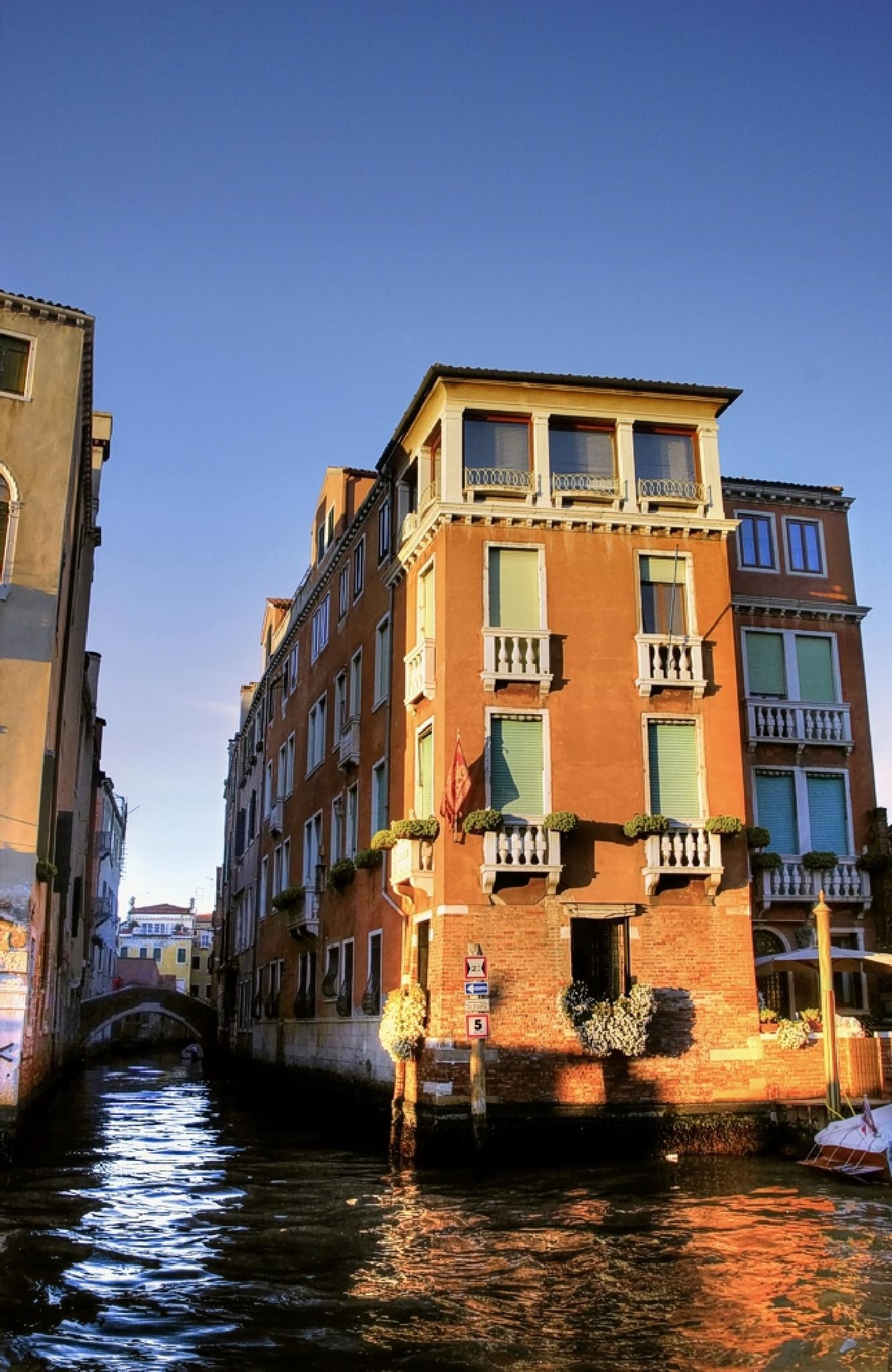 Navigating Venice by Edu Vergara