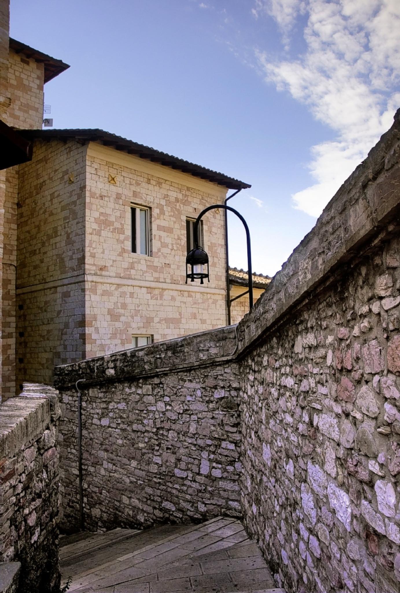 Between walls by Edu Vergara