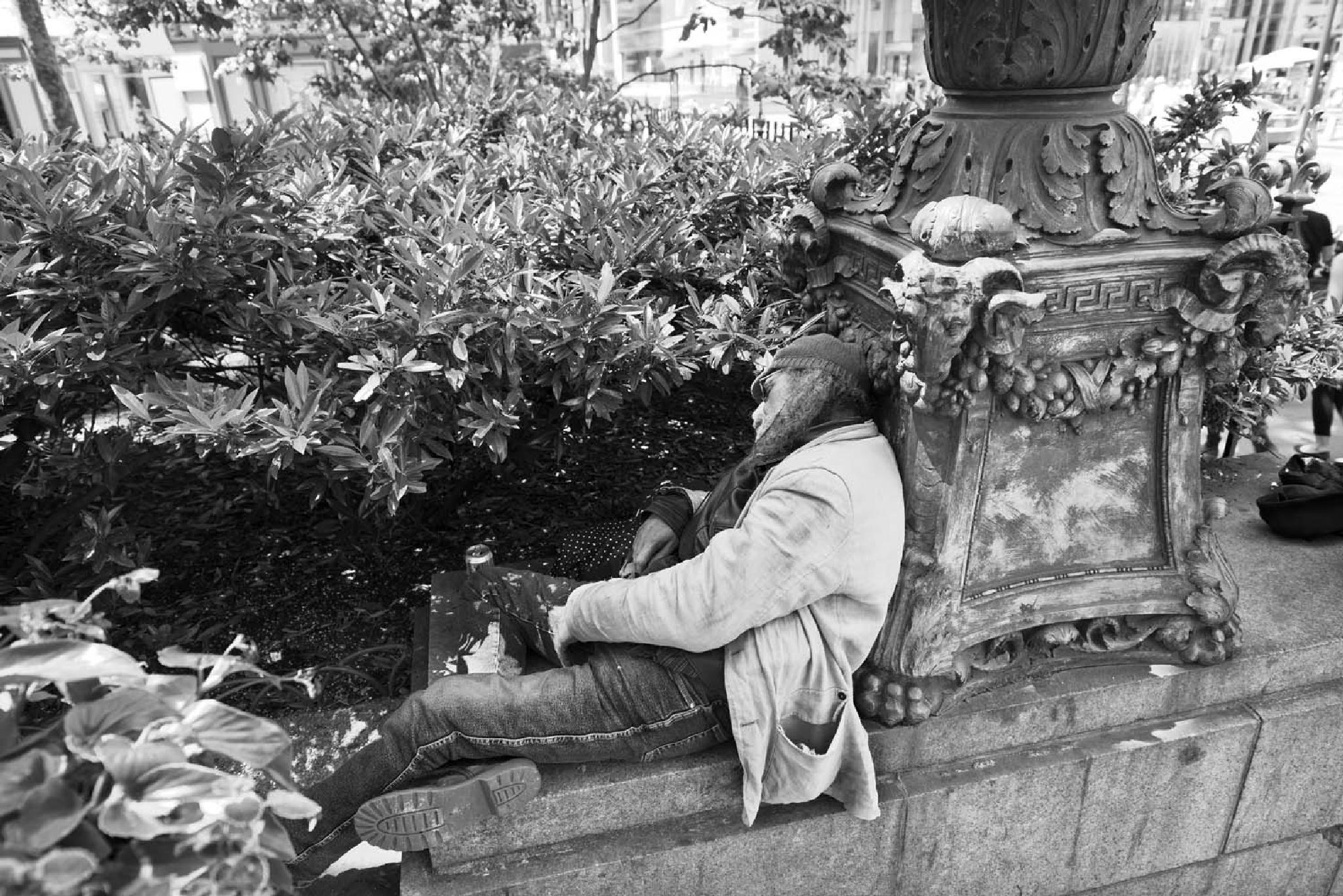 Sleeping in Bryant Park by bhlevy