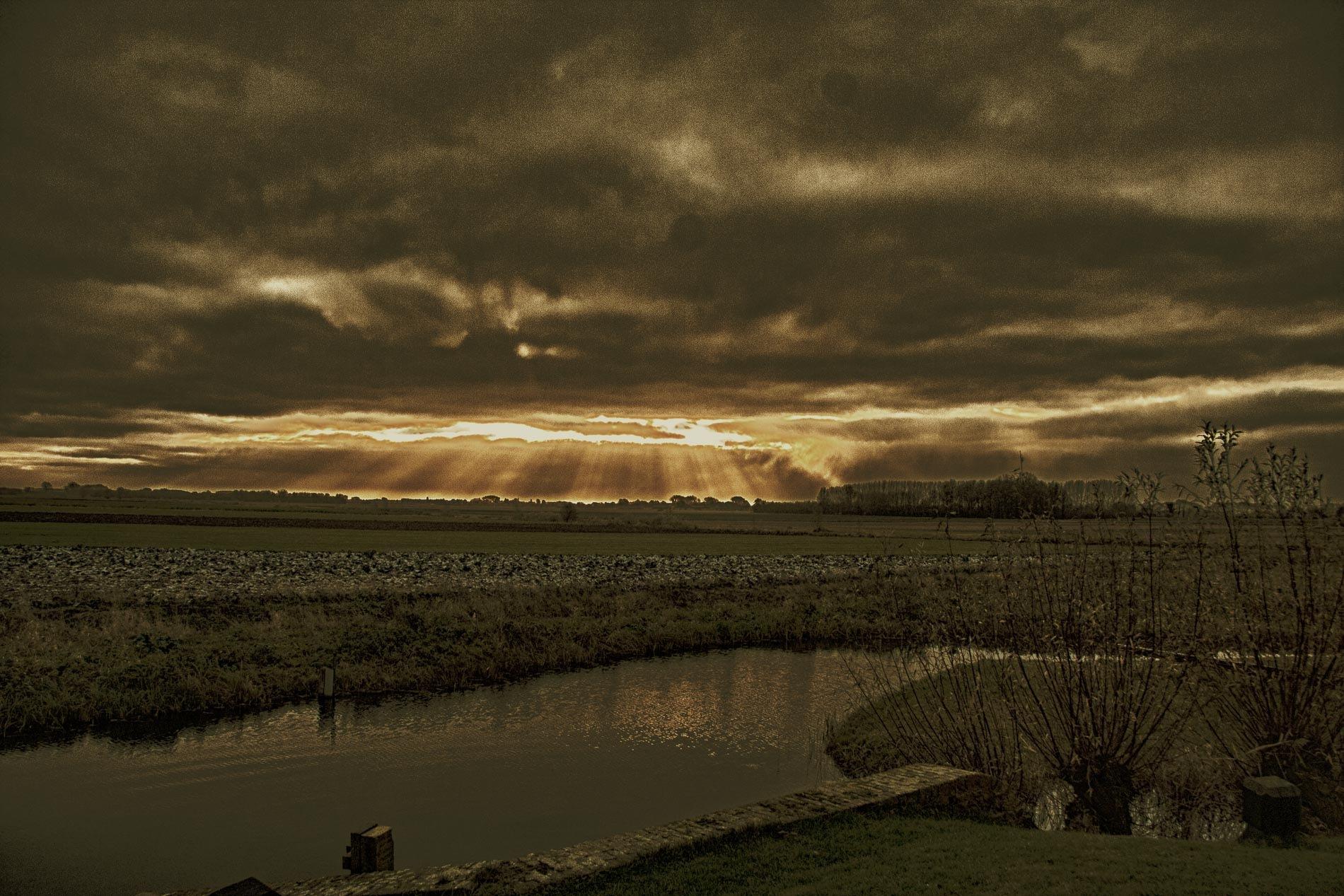 zon door wolken by Jan Noorloos
