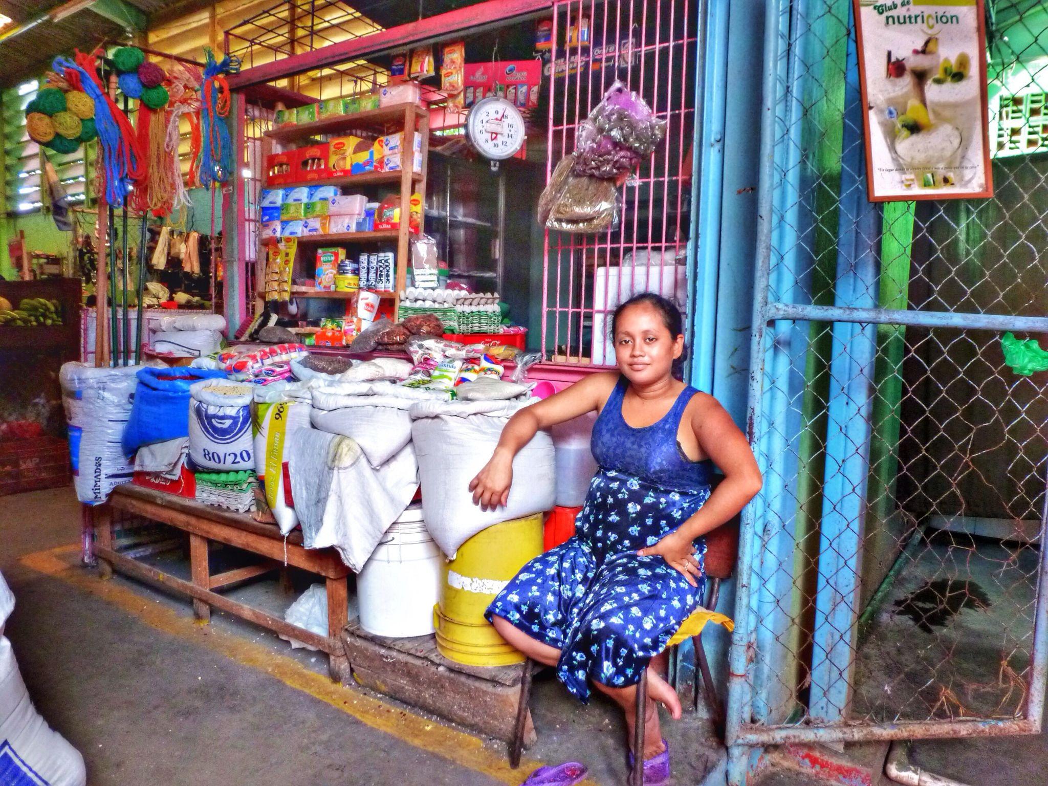 Vendedora en el mercado de San Judas, Managua. Nicaragua. by juanalopez
