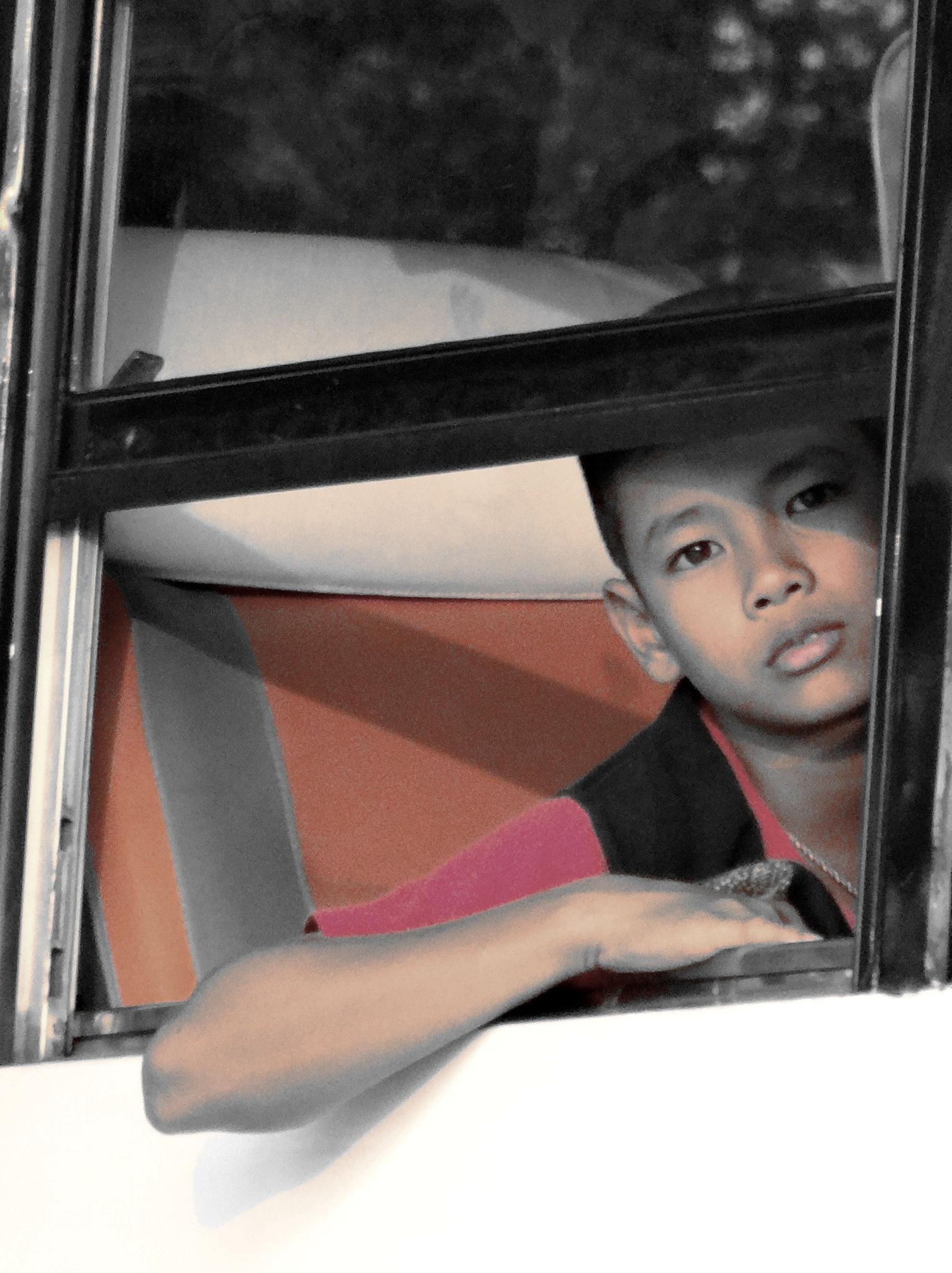 Scènes de la vie ordinaire sur une autoroute de Thaïlande. by Daniel Van der Beken - Iribarren