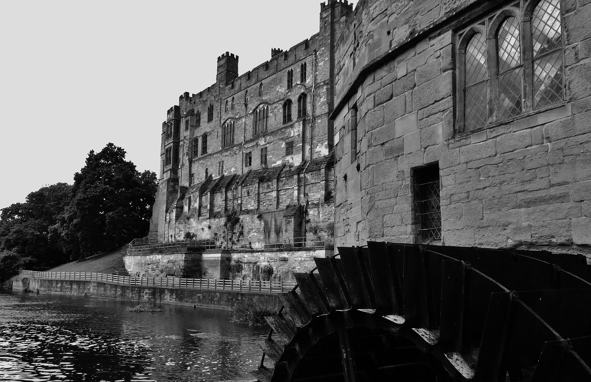 Warwick Castle & waterwheel by mountainpiguk