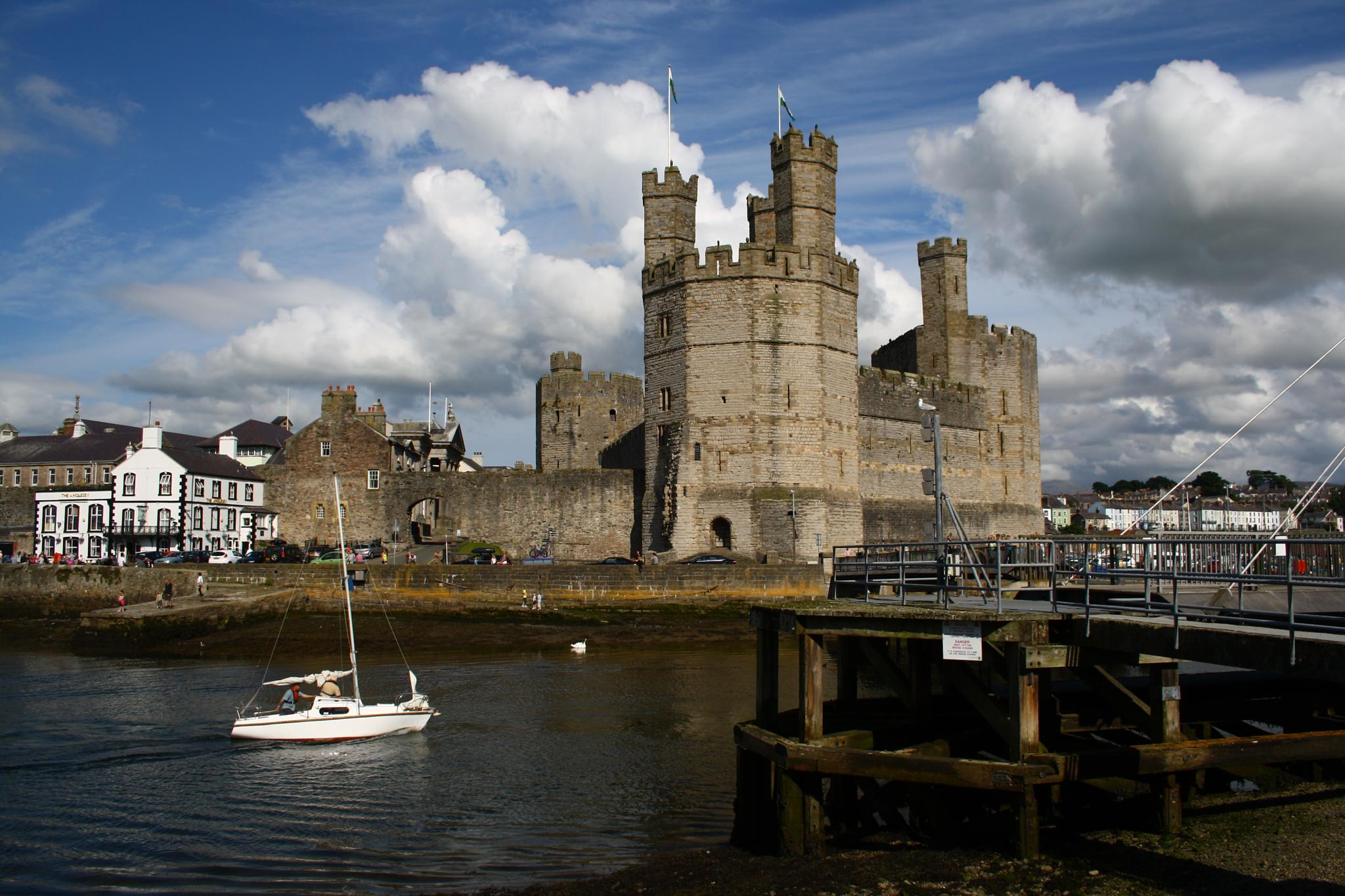Caernarfon Castle by idstretch