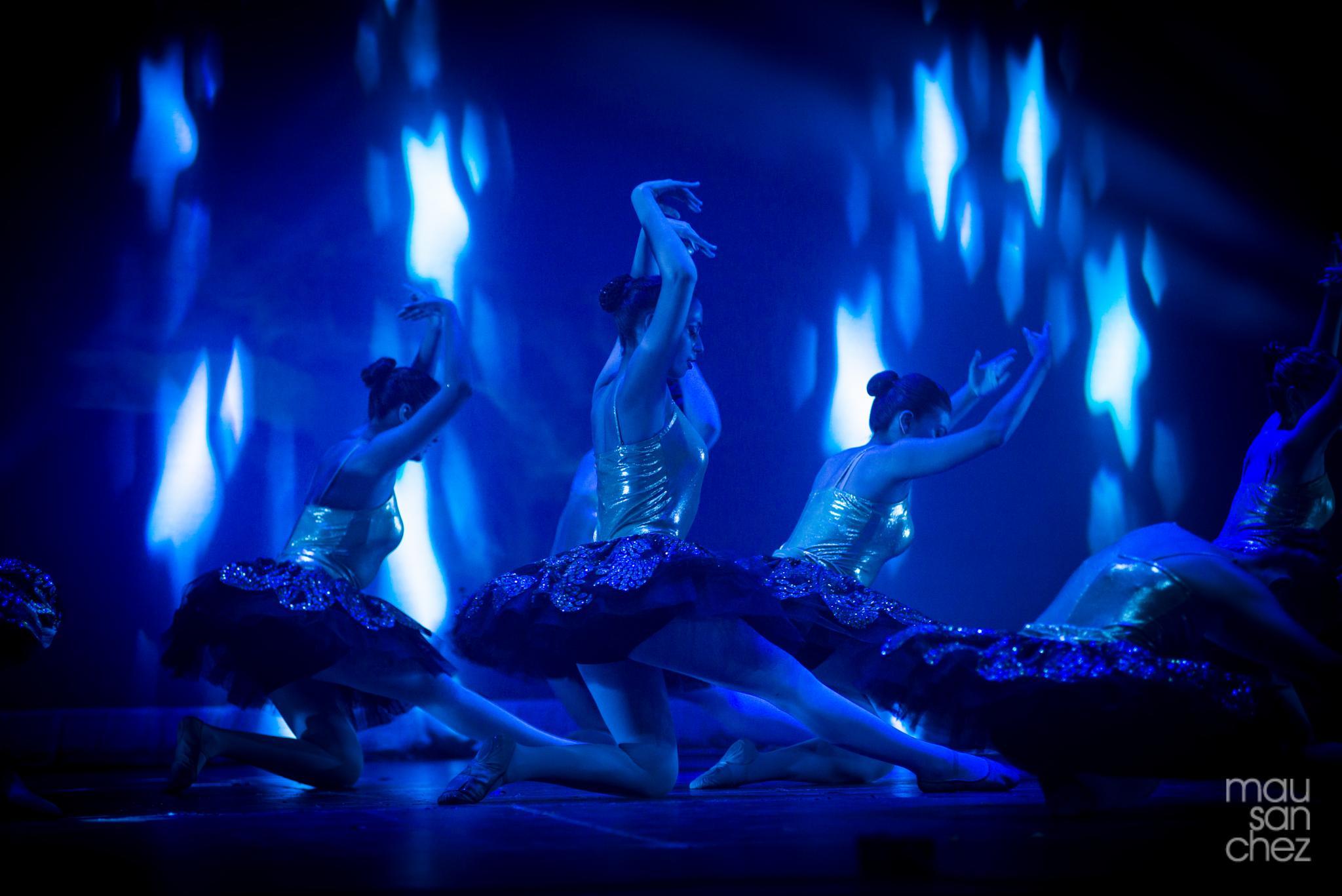 Blue night dancing by Mauricio Sanchez