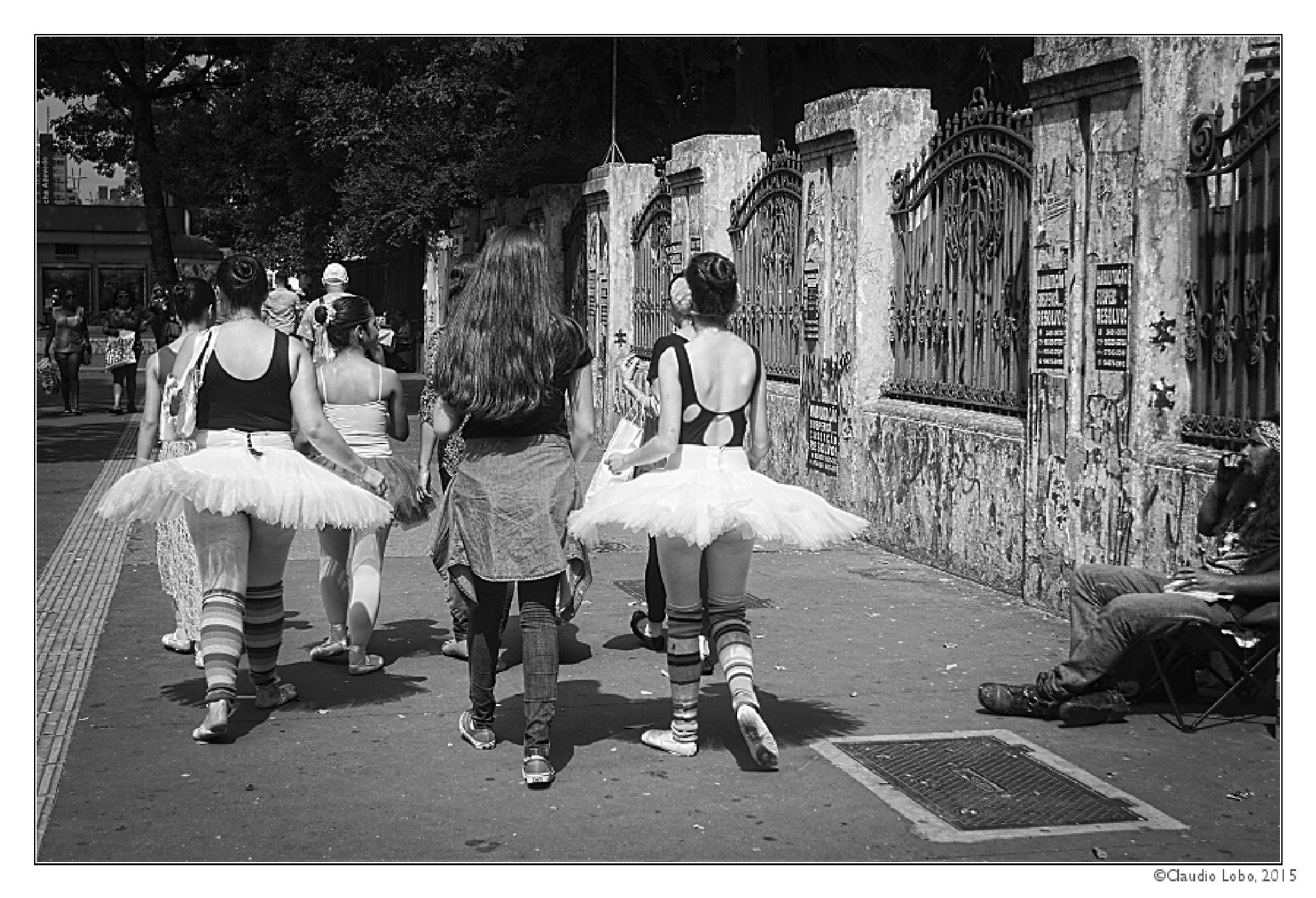 Ballet on the street and people contrast by Claudio Lobo