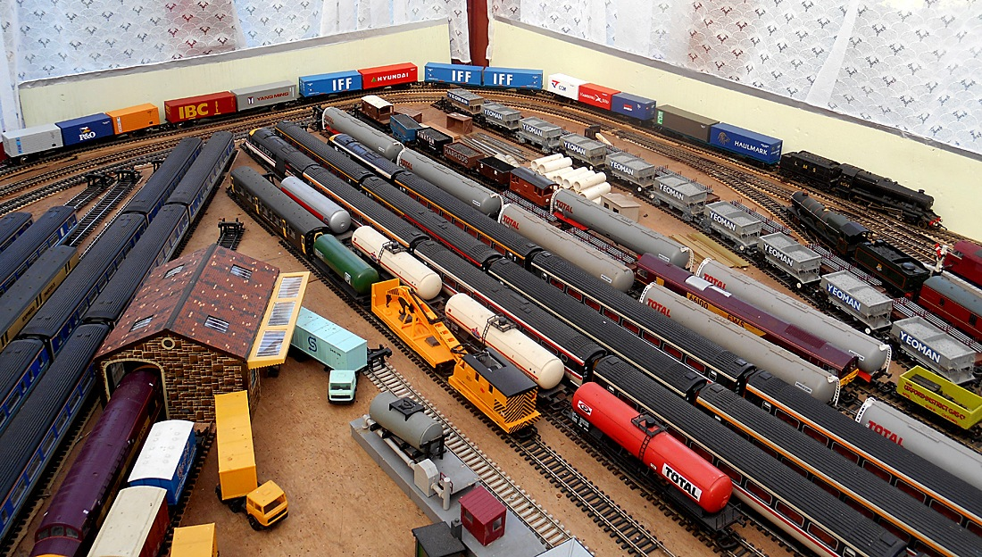 Model Railway Hornby Freight Container Train 17 October 2017  by Owen Smithers