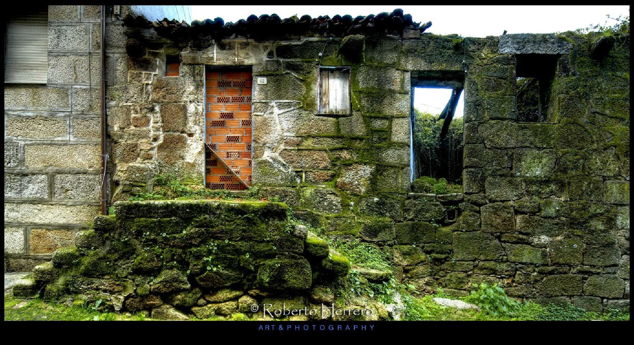 Fachada en verde. by Roberto Herrero. Photography