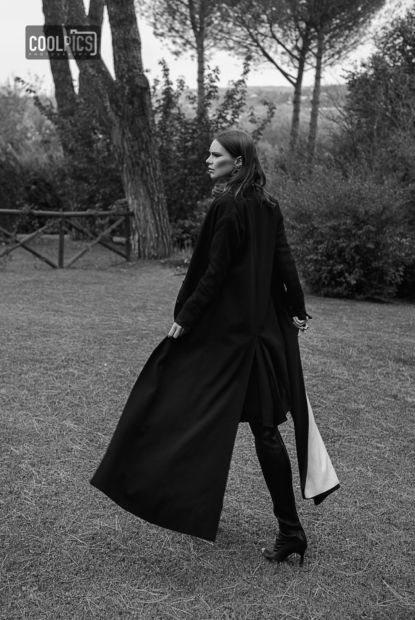 Photo in Portrait #natural light #nature #garden #fashion art wise #attractive #style #park #portrait #coolpics photography #daniel demunter #woman #alessa #walking #grass #black and white #monochrome