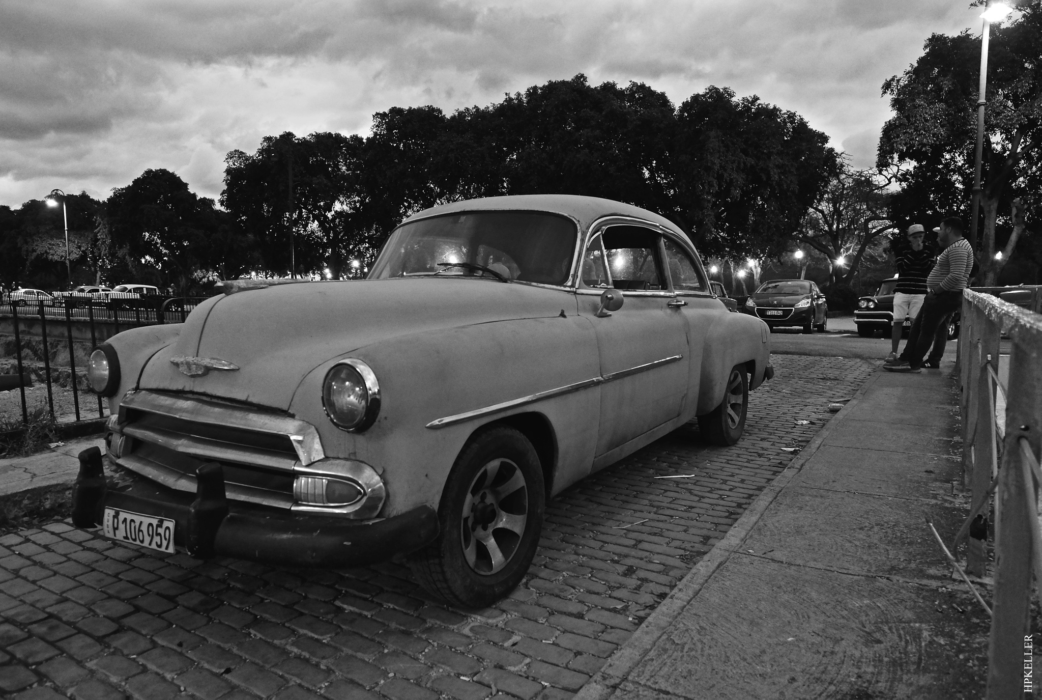 La Habana XXXIV, ...early in the evening, Parque Luz Caballero. by Hans-Peter Keller