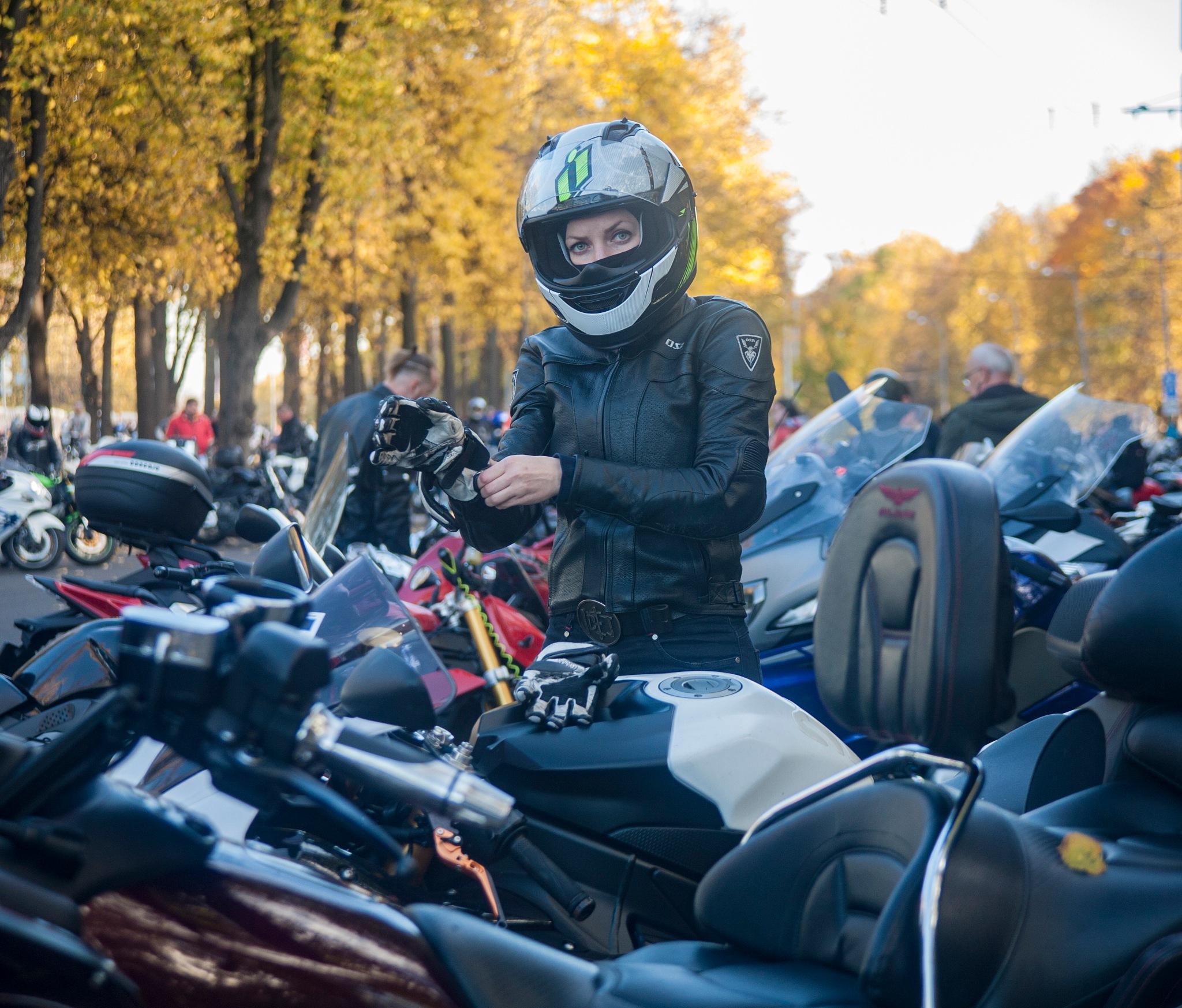 Motogirl in the autumn park by kalashnikov