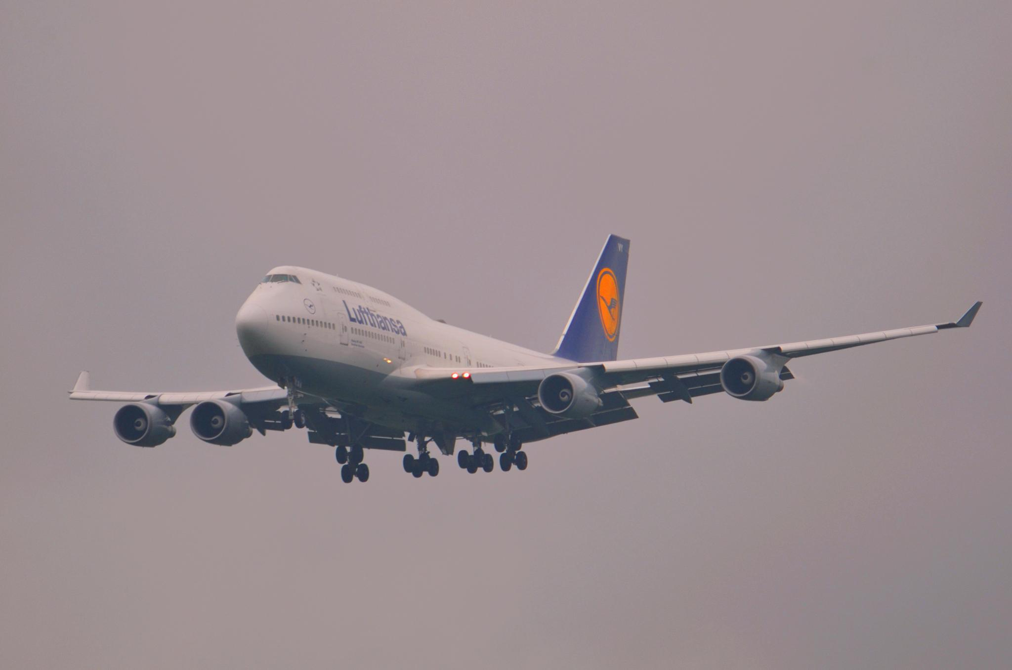 Short landing at FRA Airport for B744 D-ABVY. by jarjar-binks.6518