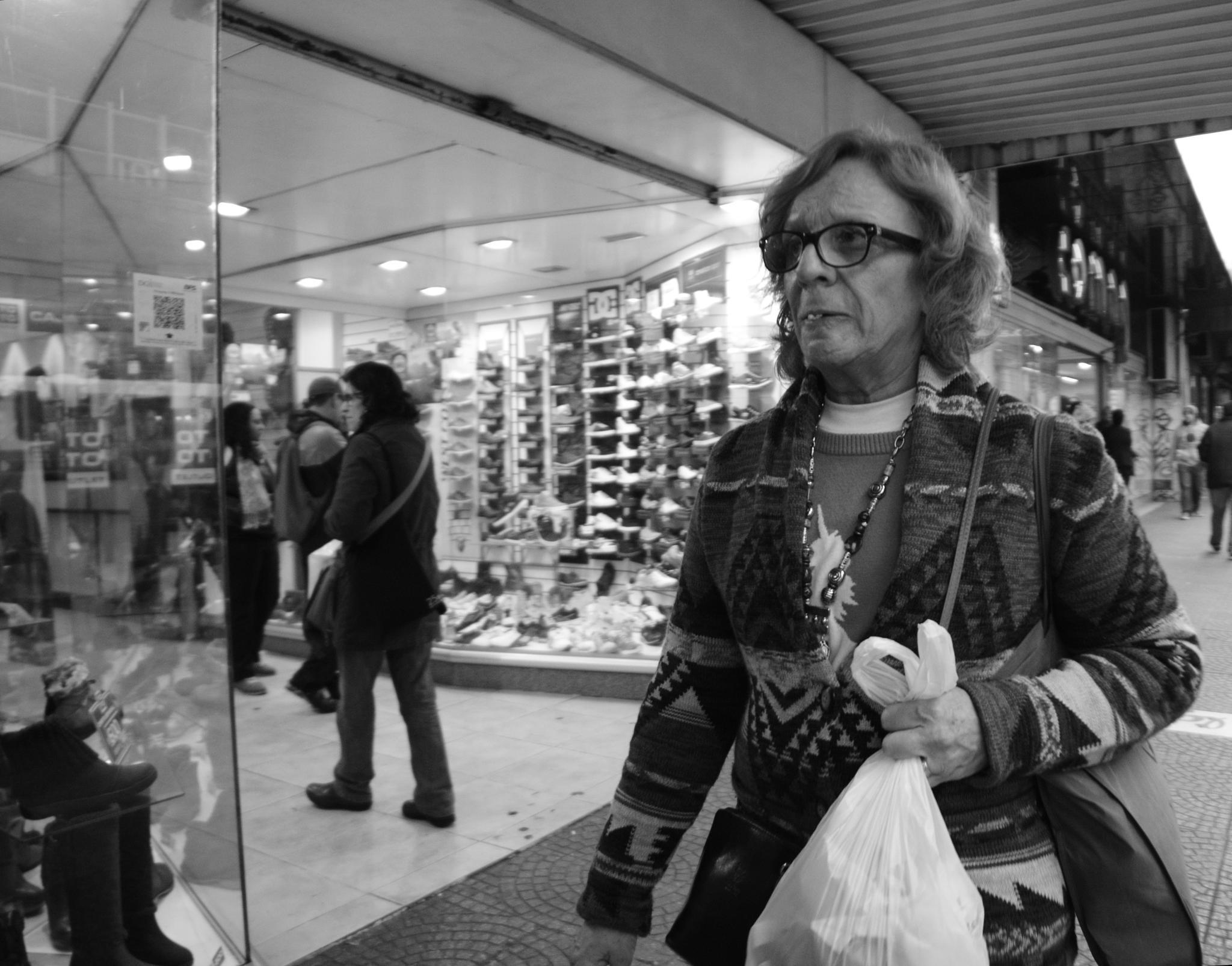 Vecina de compras by Daniel Guillermo