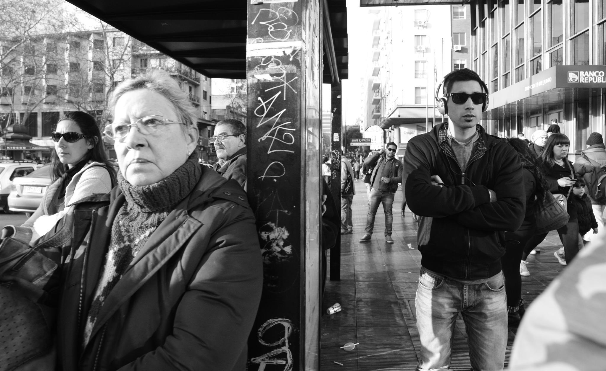 Esperando el bus 2 by Daniel Guillermo