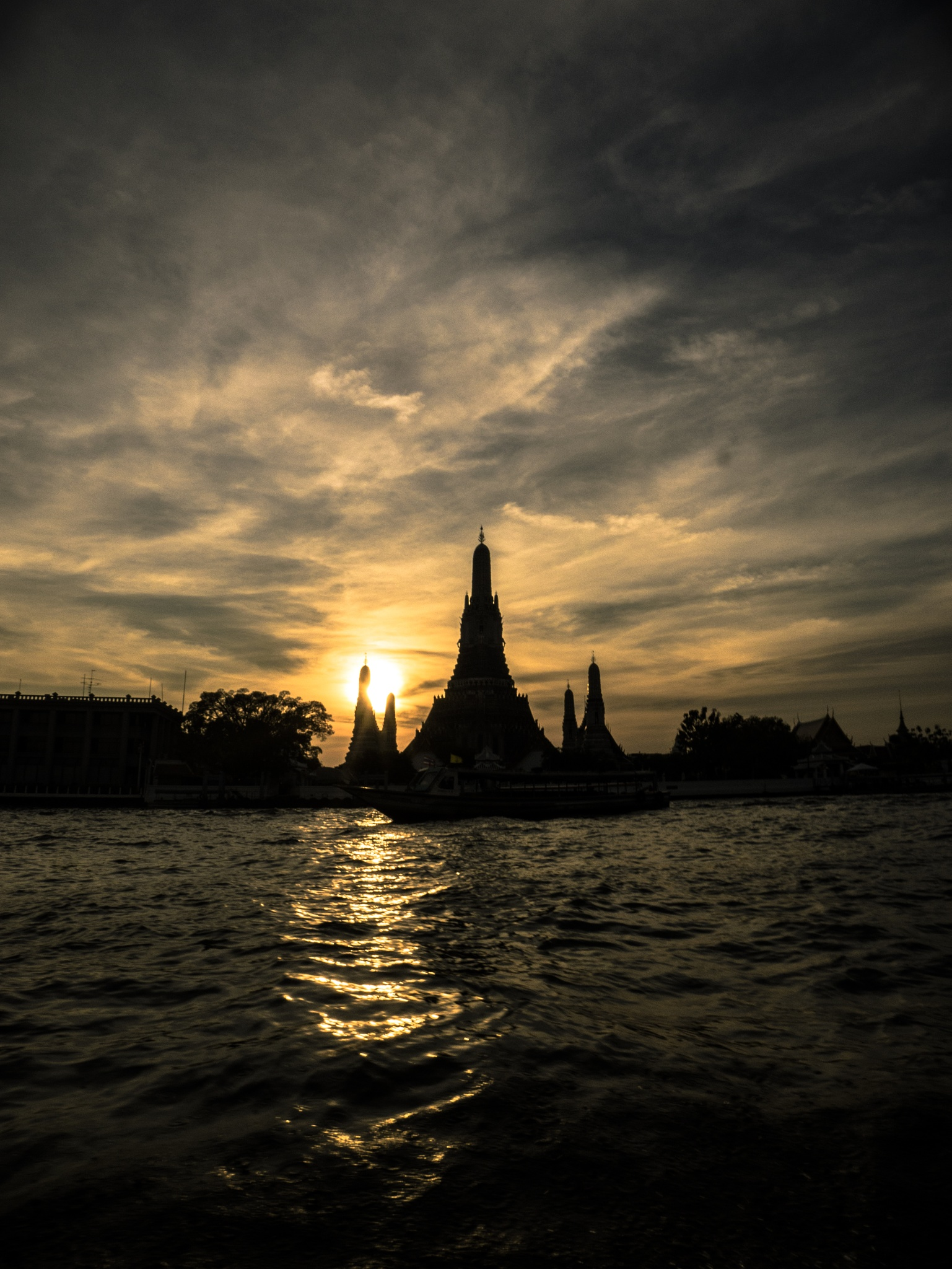 Sunddown in Bangkok by henningwaschk