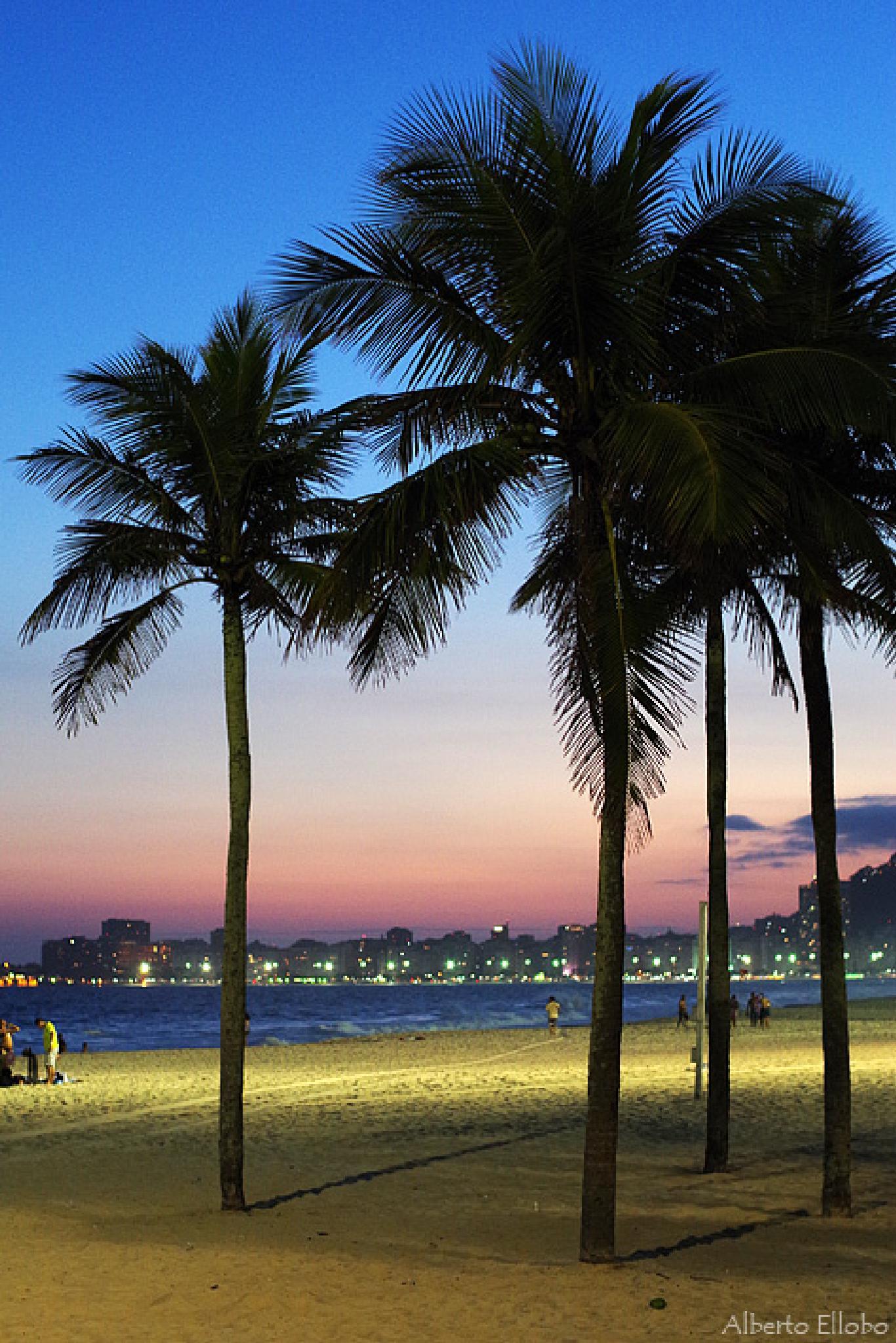 Nightfall in Copacabana Beach by AlbertoEllobo